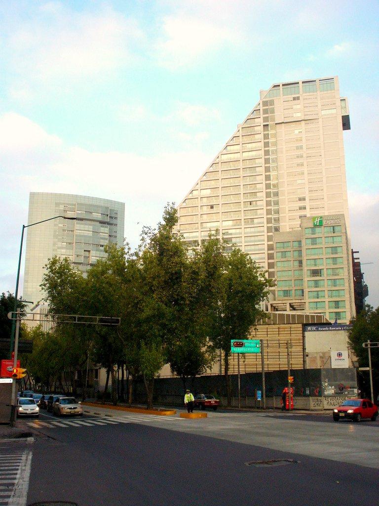 Cruce_de_Paseo_de_la_Reforma_e_Insurgentes%2C_Reforma_222_y_Punta_Reforma.jpg