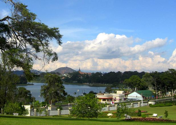 Tập tin:Da Lat, view to Xuan Huong lake 2.jpg