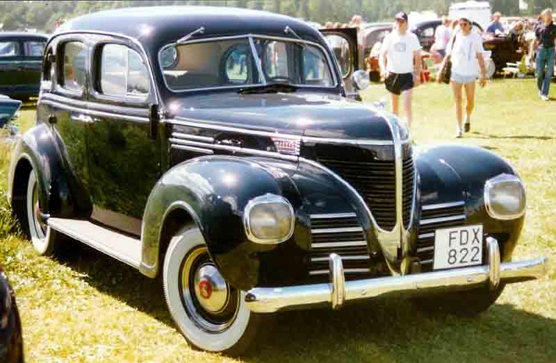 File dodge 4 door sedan wikimedia commons for 1941 dodge 4 door sedan