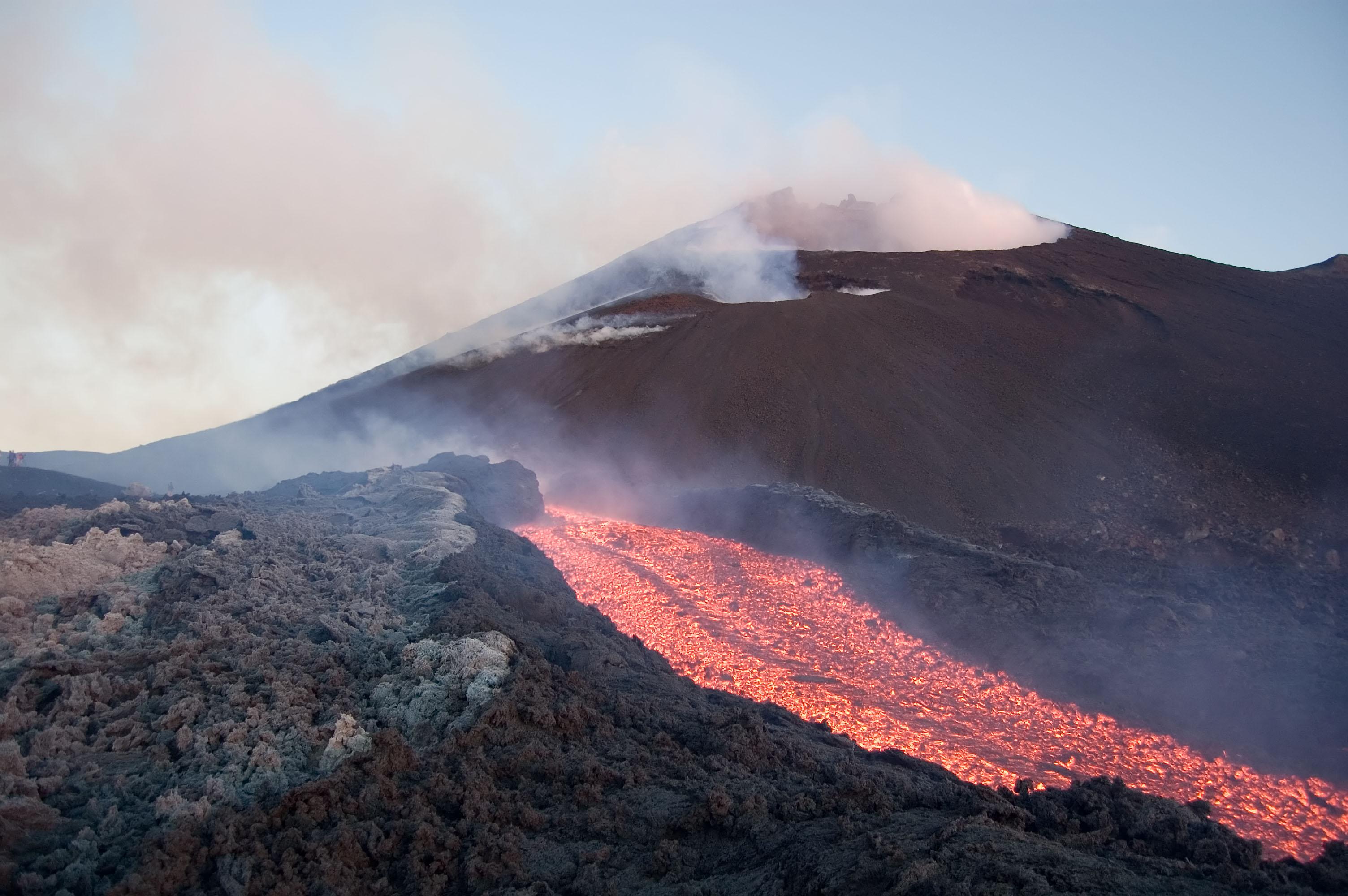 Etna, terza notte di parossismi $
