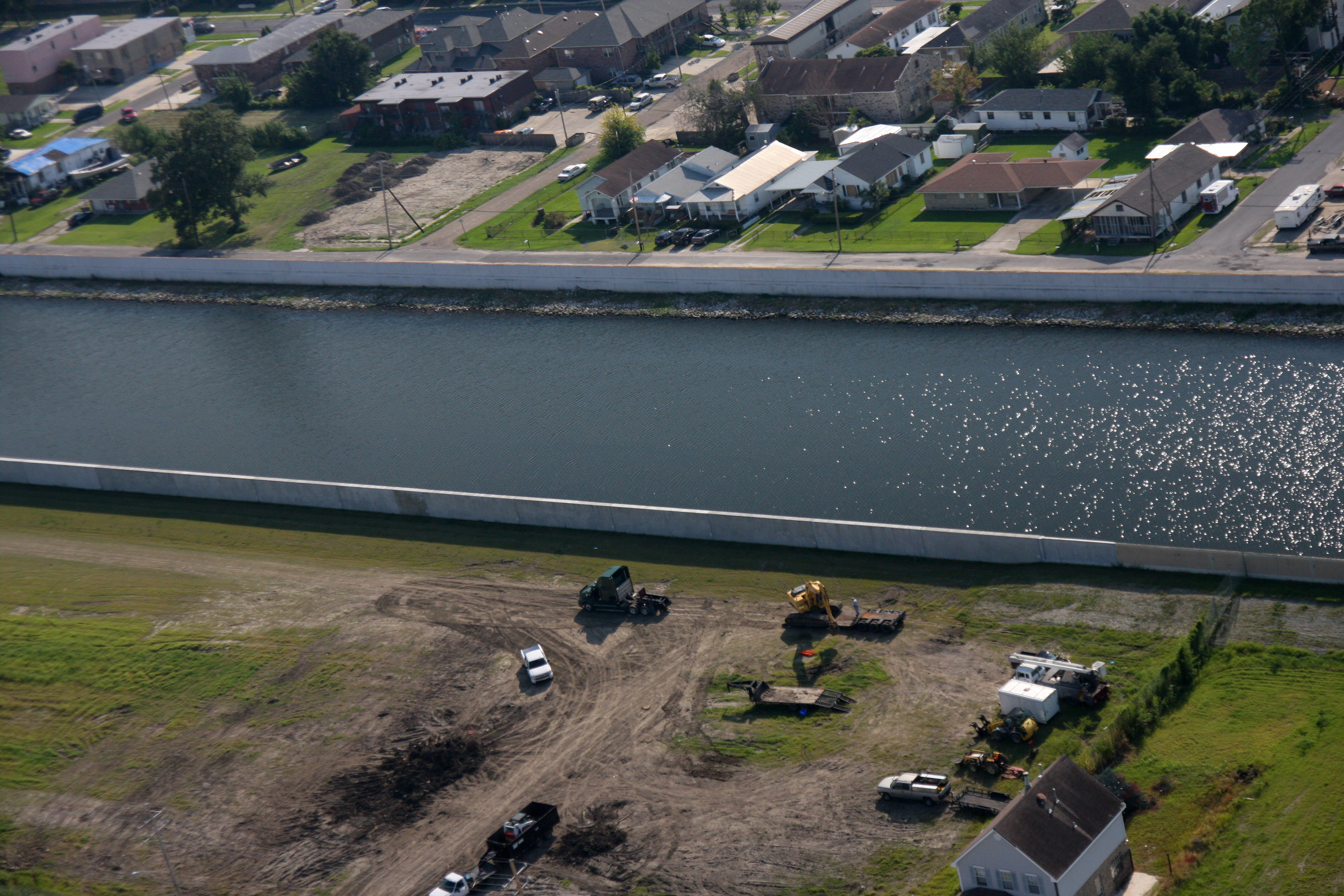 Description FEMA - 37676 - 17th Street Canal levees in Louisiana jpgLevees Mesopotamia