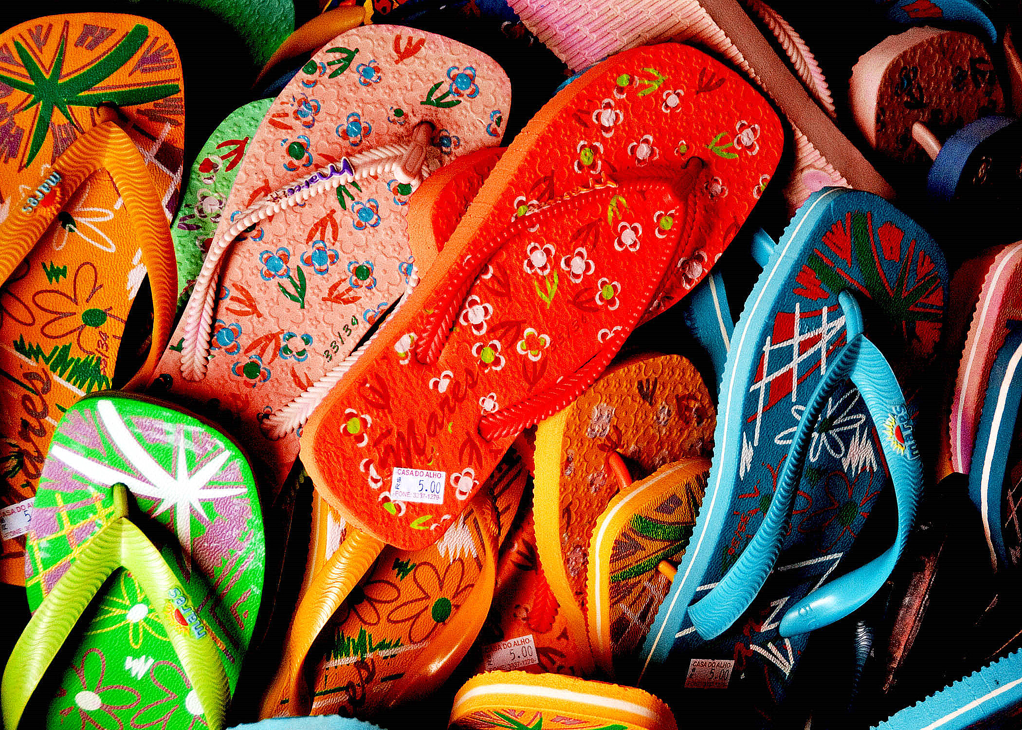 Flip flops - just pick one up, by Jairo [CC-BY-2.0 (www.creativecommons.org/licenses/by/2.0)], via Wikimedia Commons