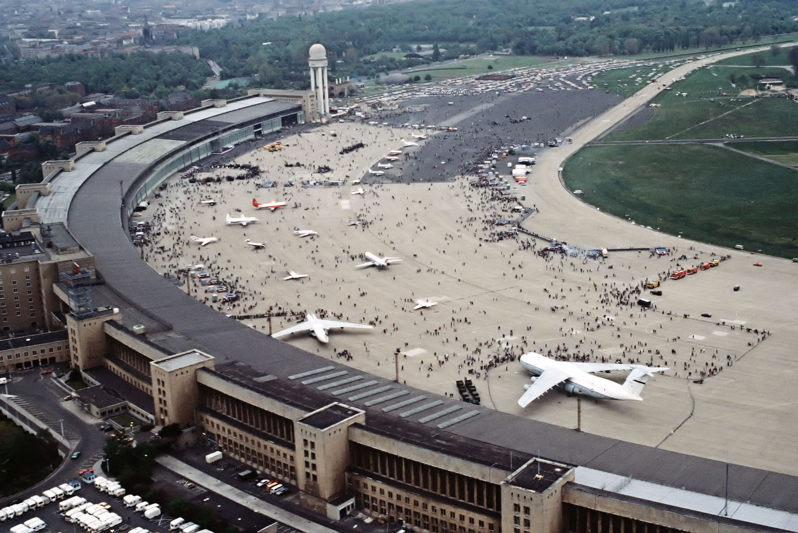 http://upload.wikimedia.org/wikipedia/commons/a/ae/FlughafenBerlinTempelhof1984.jpg