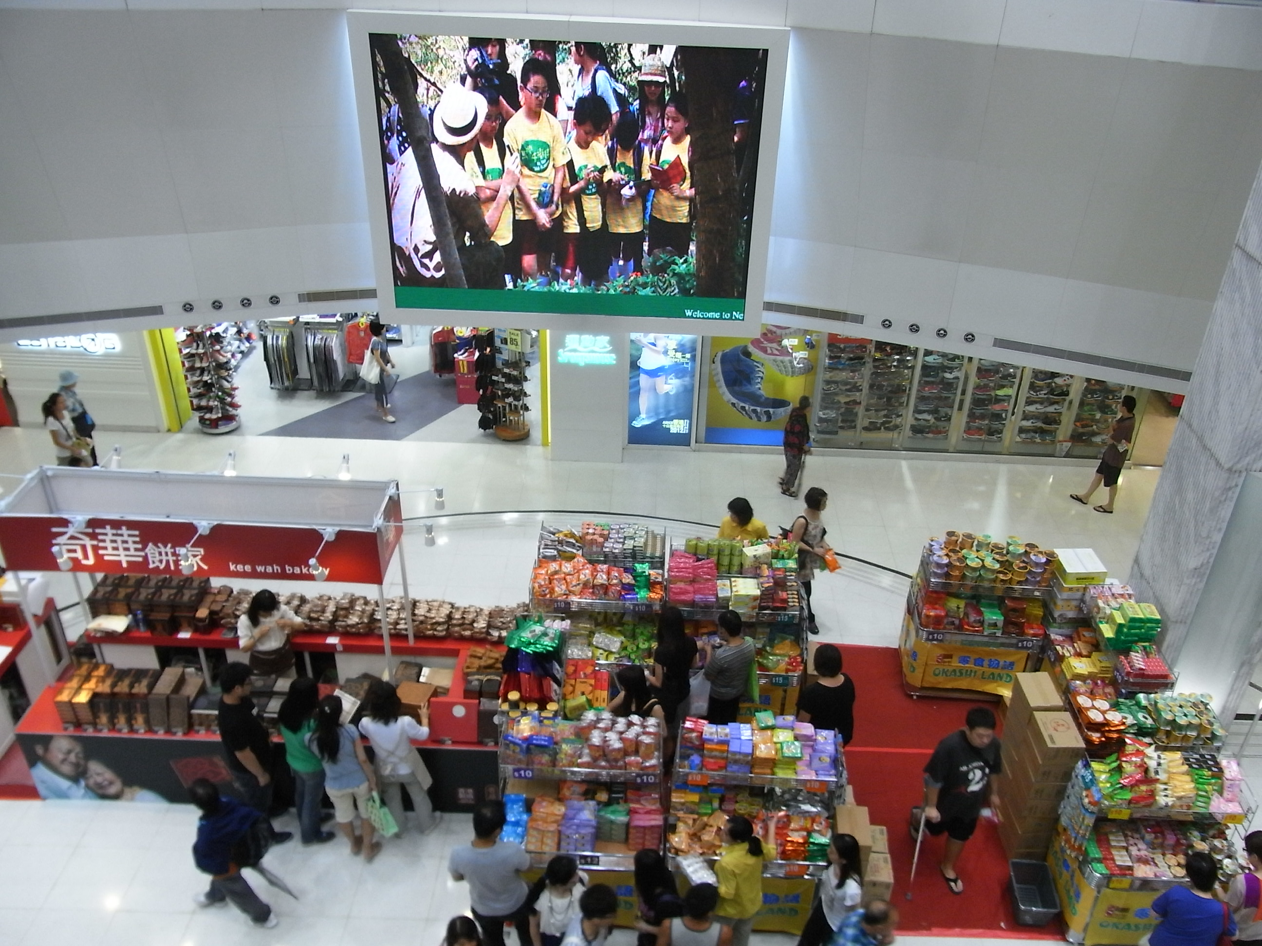 File:HK Chai Wan New Jade Gardens Shopping Arcade Interior Courtyard  Visitors Big TV Set