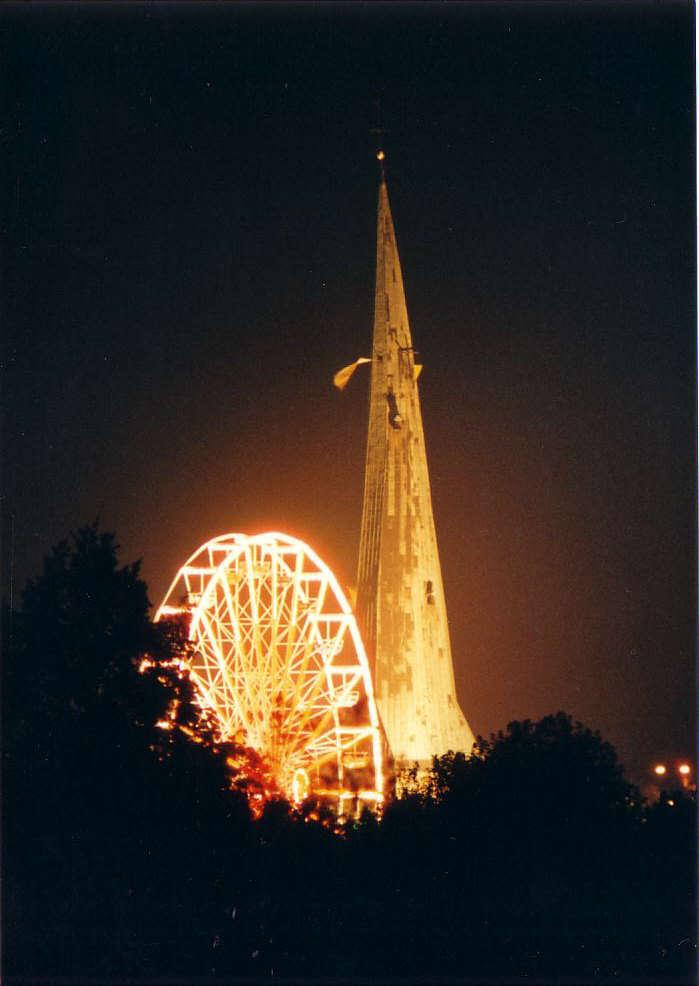 Das Riesenrad auf dem Katharinenmarkt im Schatten des schiefen Kirchturms