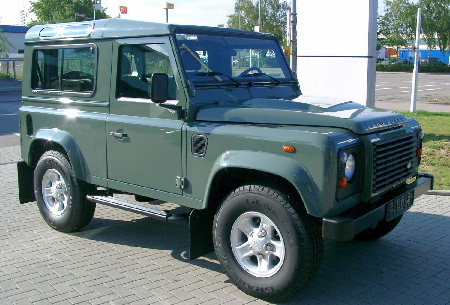 https://upload.wikimedia.org/wikipedia/commons/a/ae/Land_Rover_Defender_front_20070518.jpg