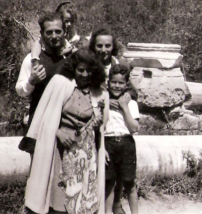 שושנה דמארי מבקרת במחנה בקפריסין