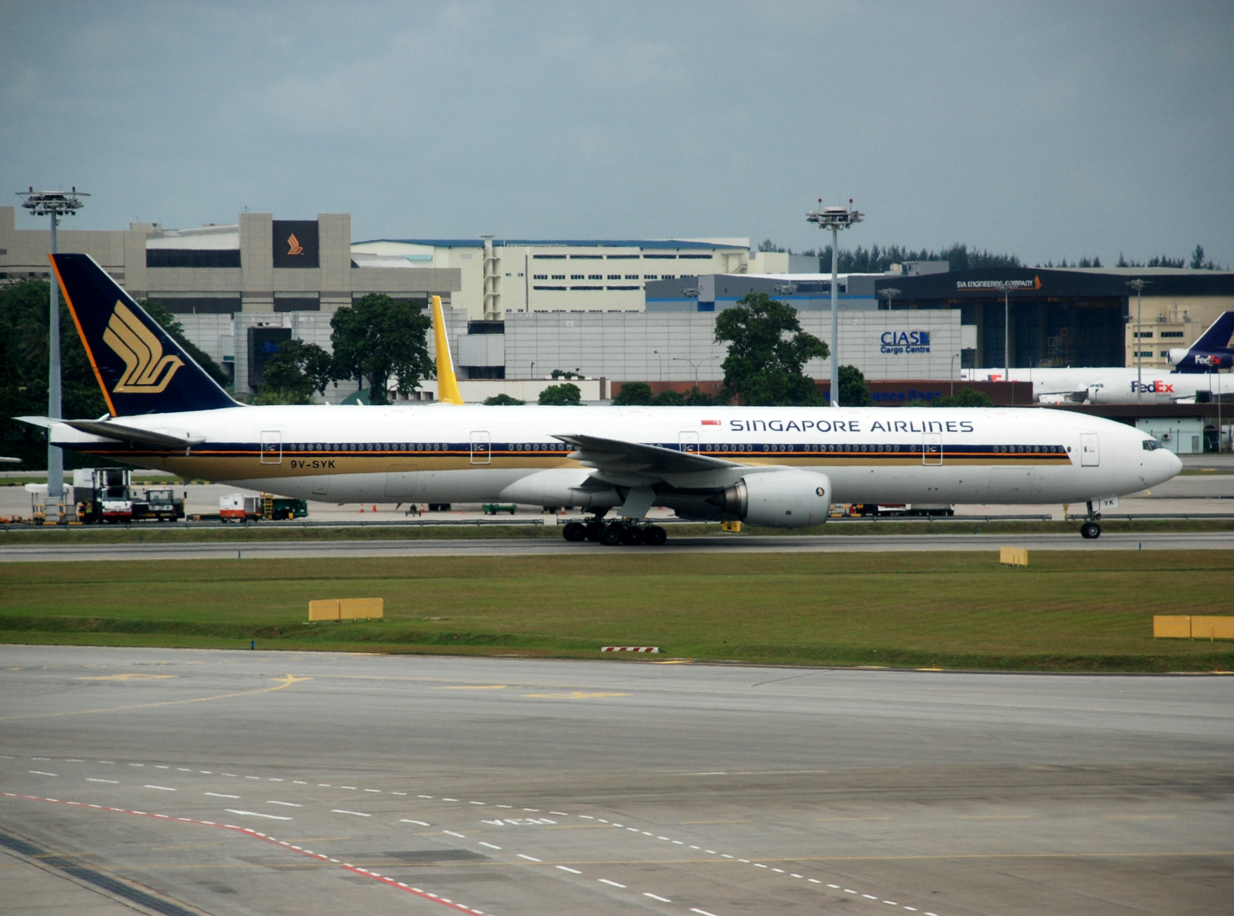 File:SIA Boeing 777-300, SIN.jpg - Wikimedia Commons