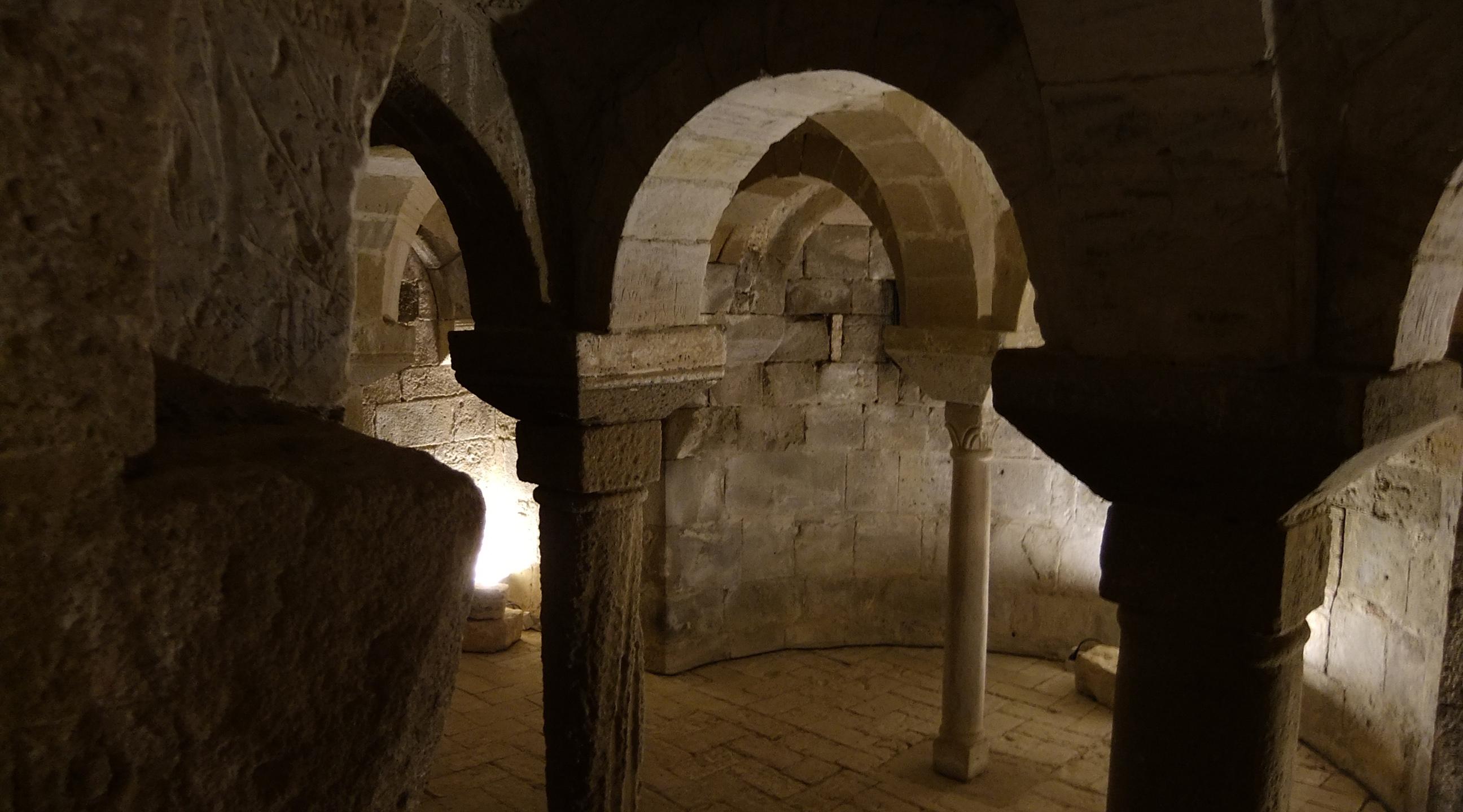 San Pietro in Villore cripta.jpg