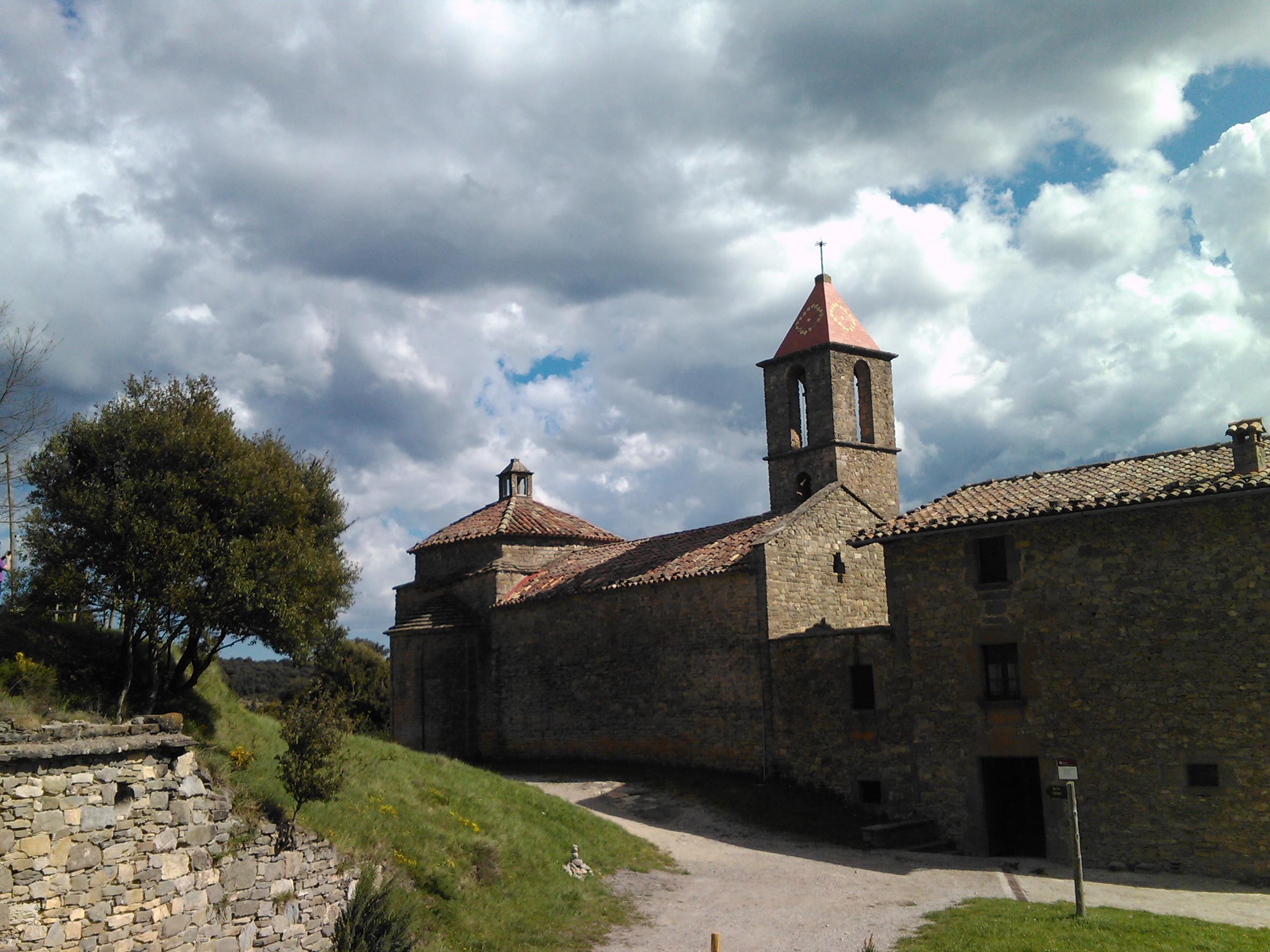 Vista de la iglesia desde el camino de Vilanvova de Sau