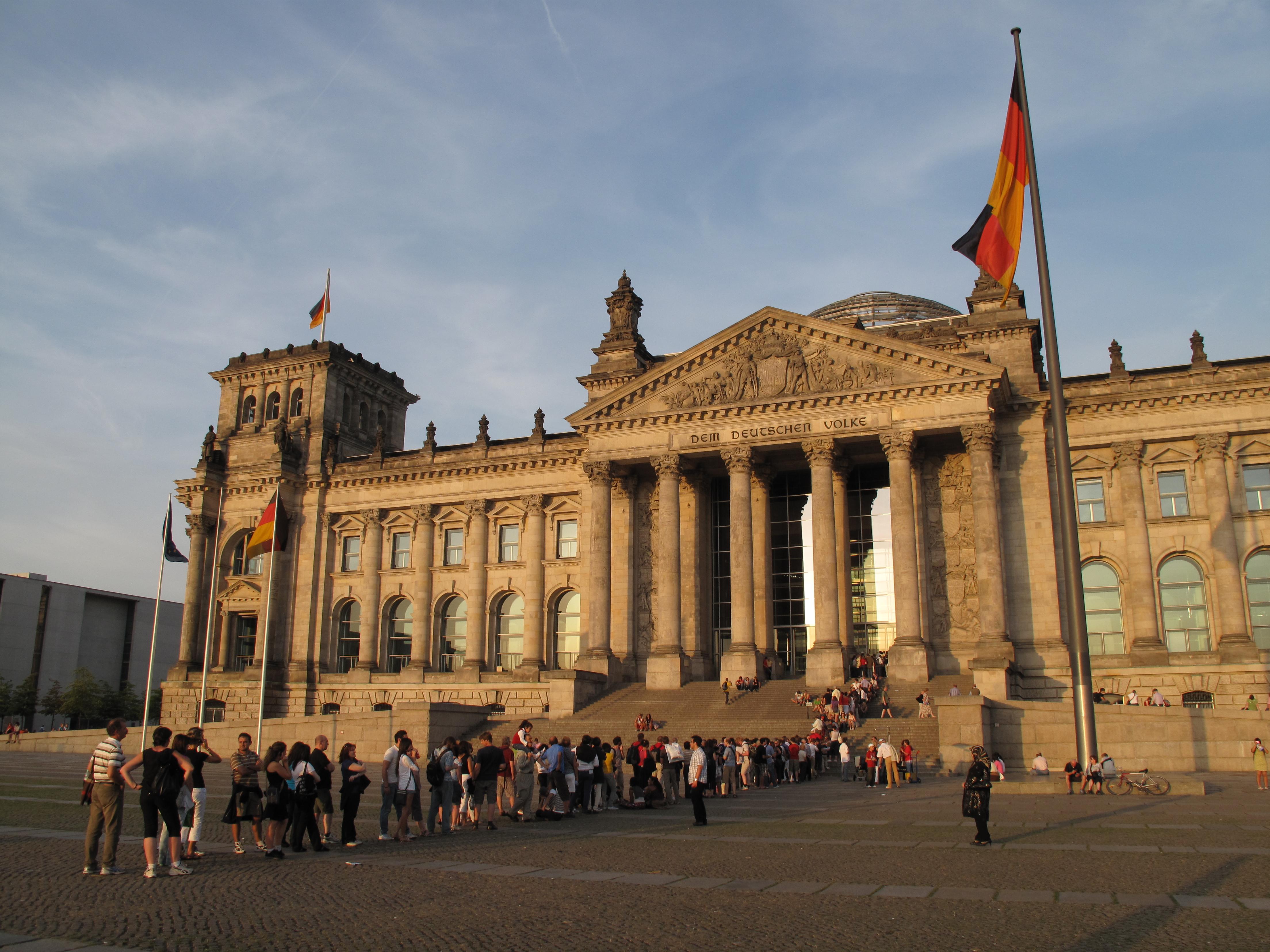 File:Schlange vor dem Reichstagsgebäude Berlin Deutscher ...  File:Schlange v...