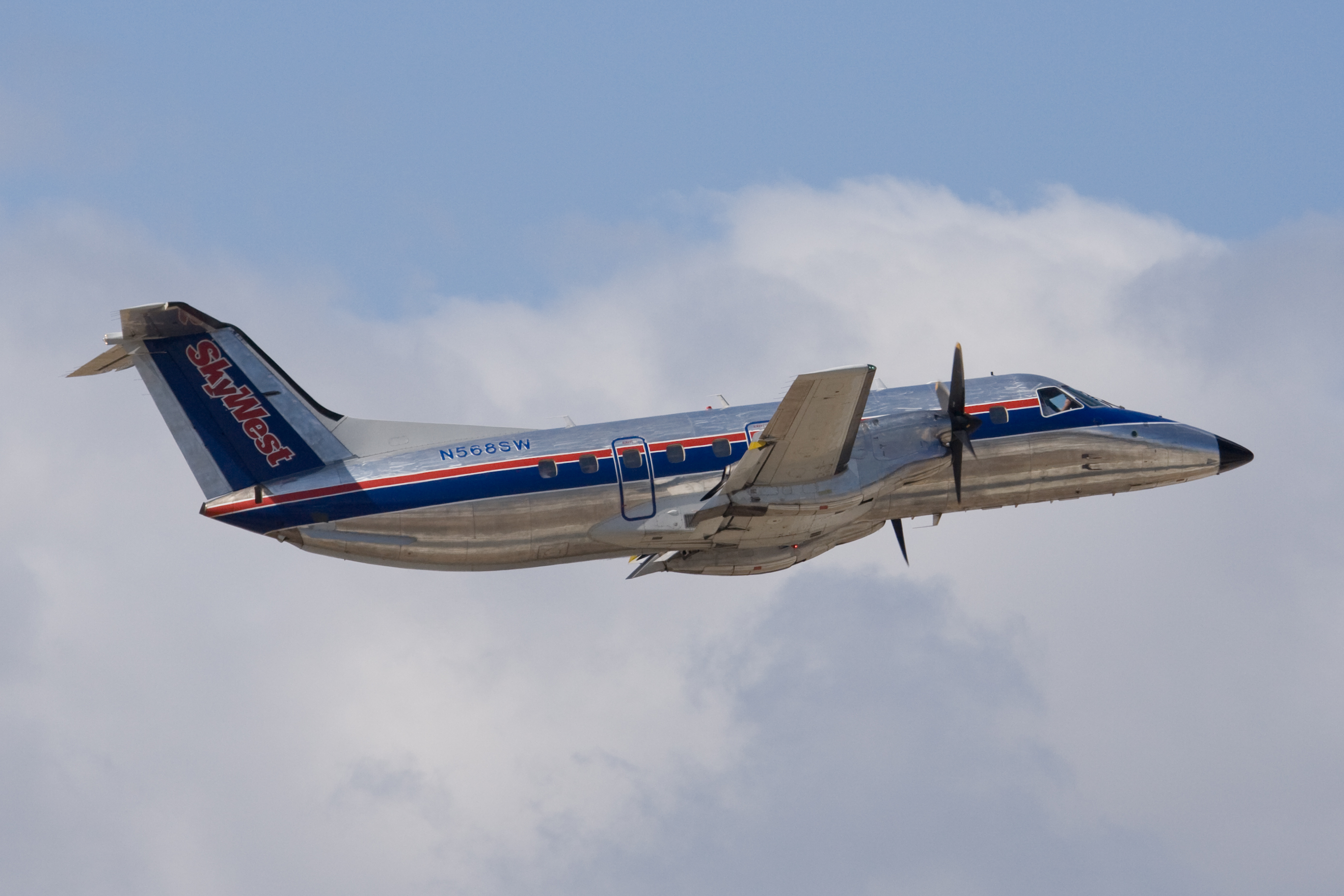 File:SkyWest Embraer EMB-120 (N568SW) taking off from San Jose