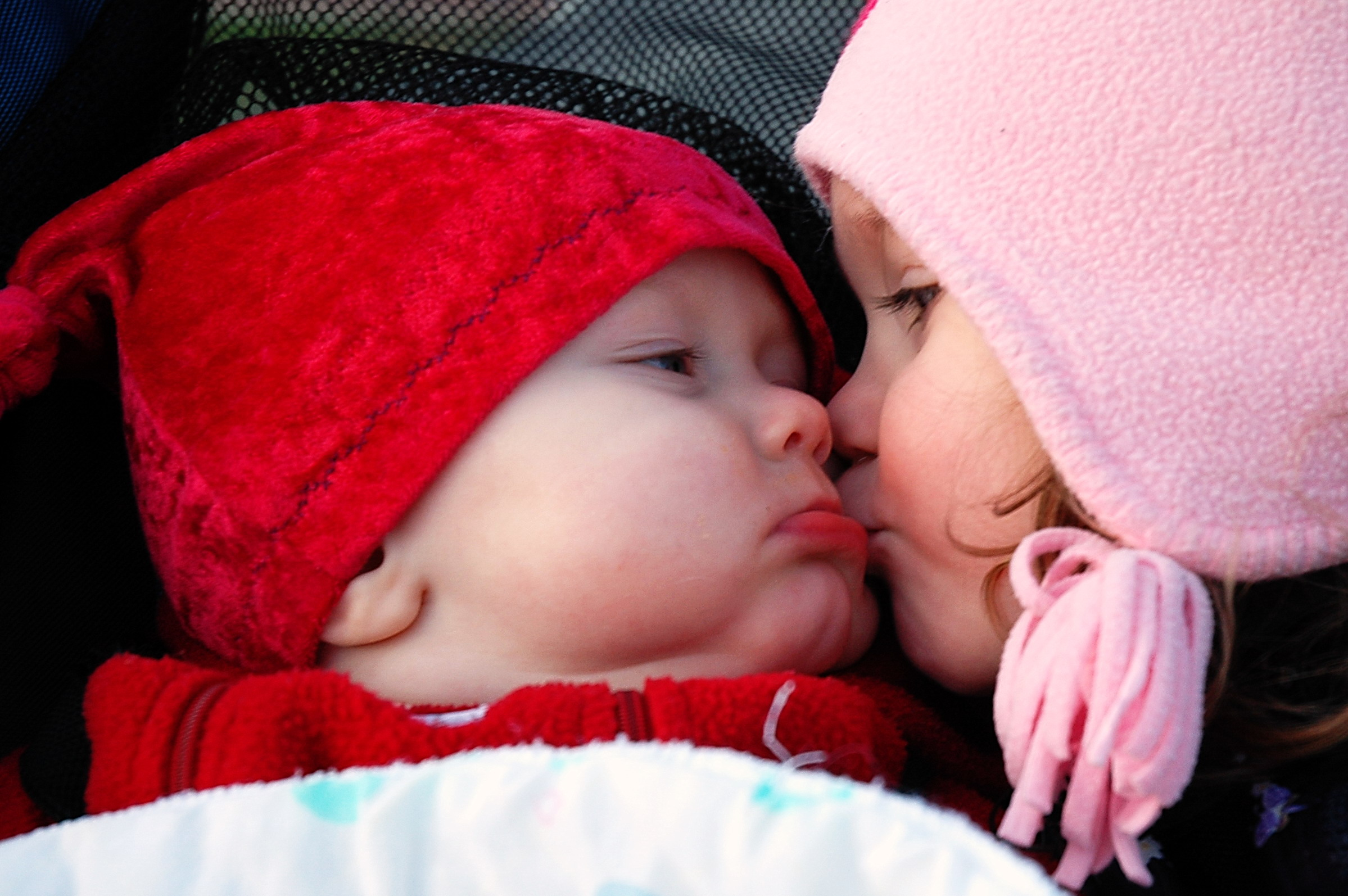 Description Smooches (baby and child kiss).jpg