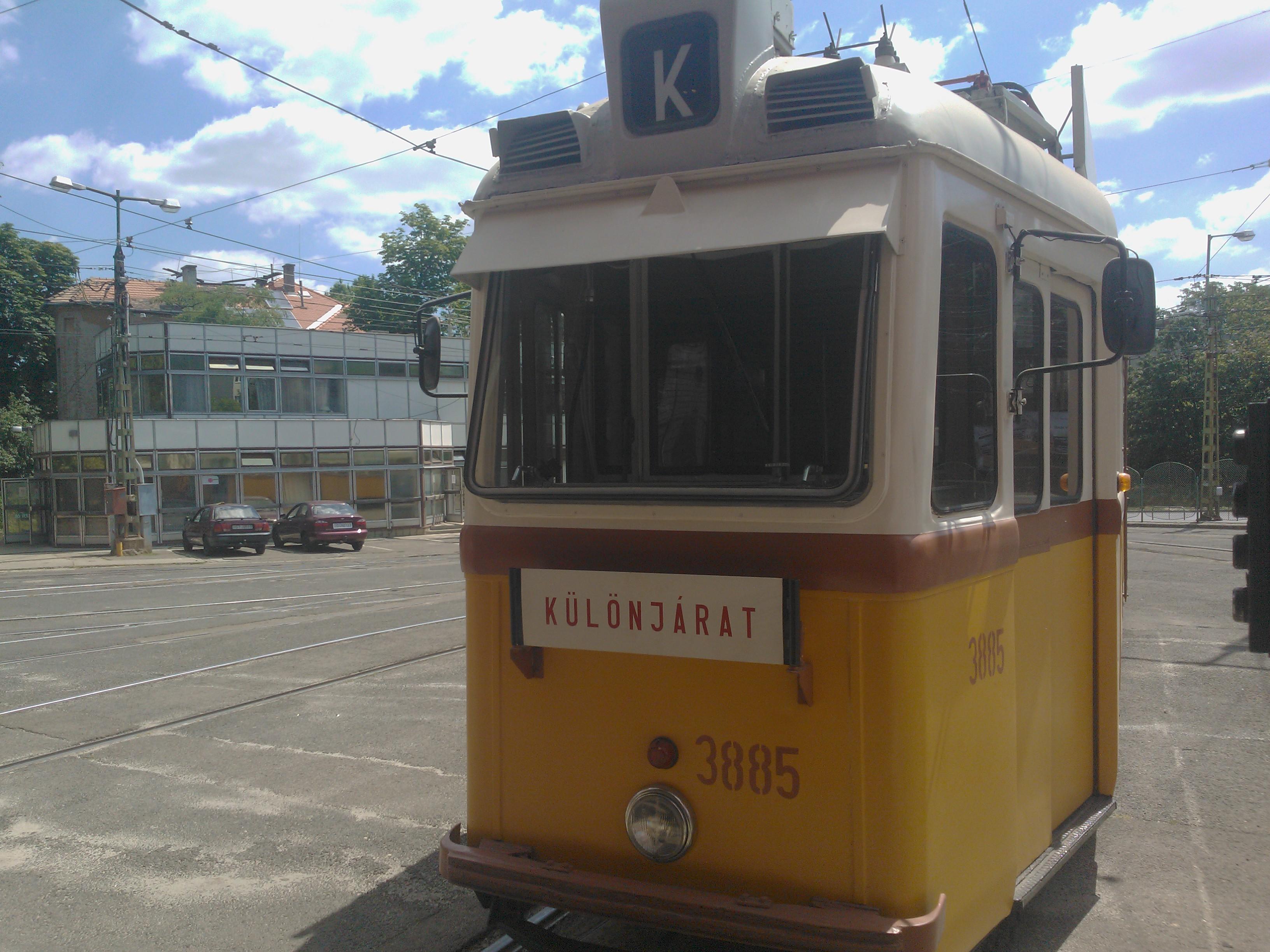 UV_class_heritage_tram_3885_at_Sz%C3%A9pilona%2C_Budapest%2C_2013.jpg