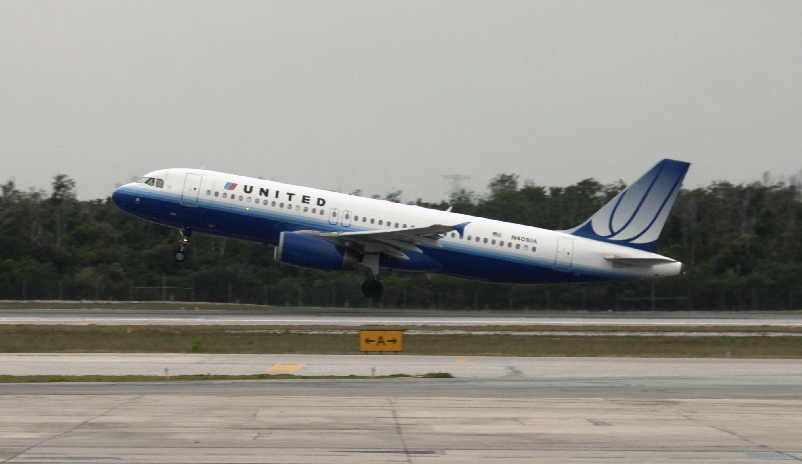 United Airlines Airbus A320-232 N401UA.jpg