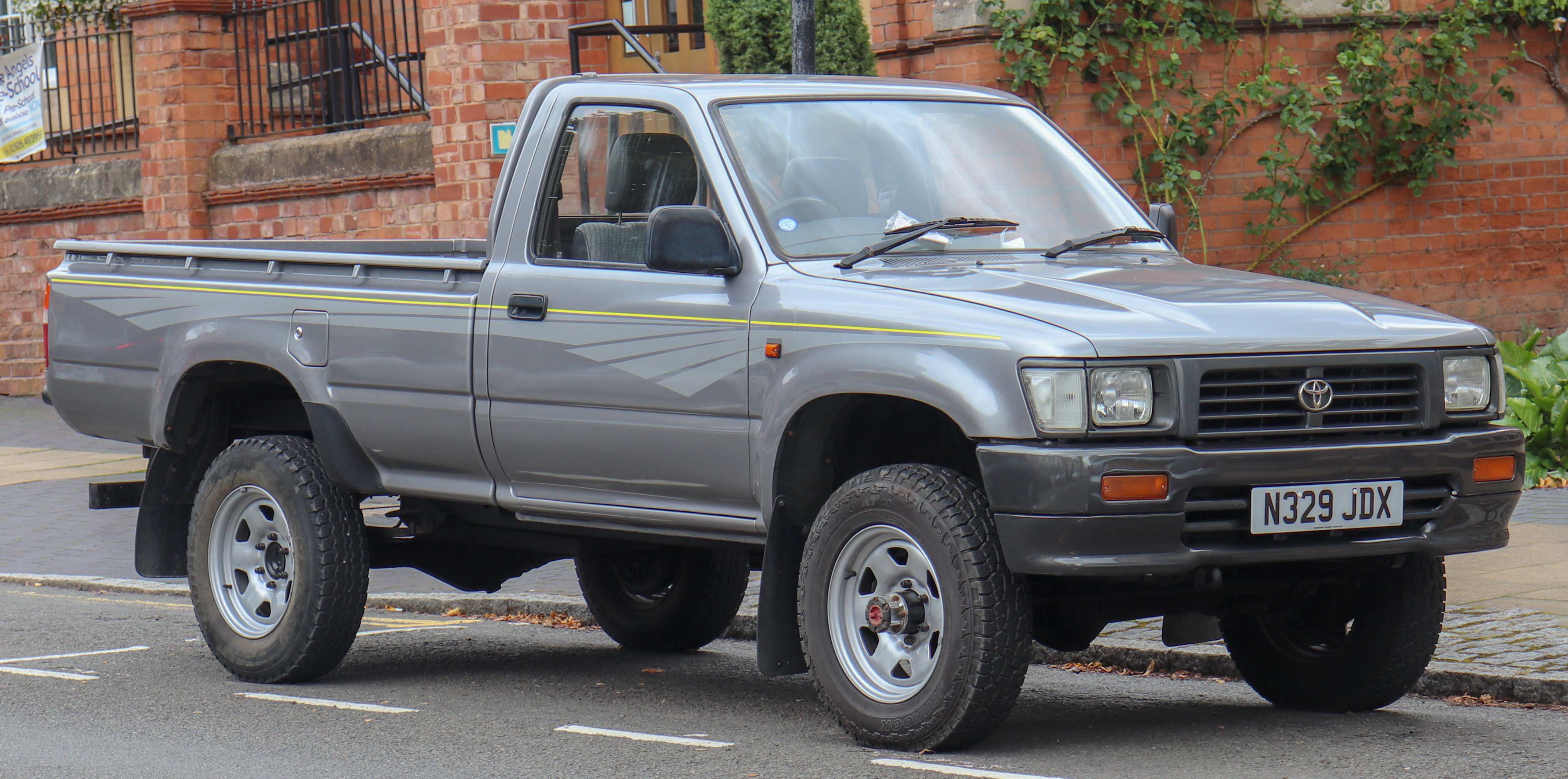 File 1995 Toyota Hilux 4x4 Diesel 2 5 Front Jpg Wikimedia Commons