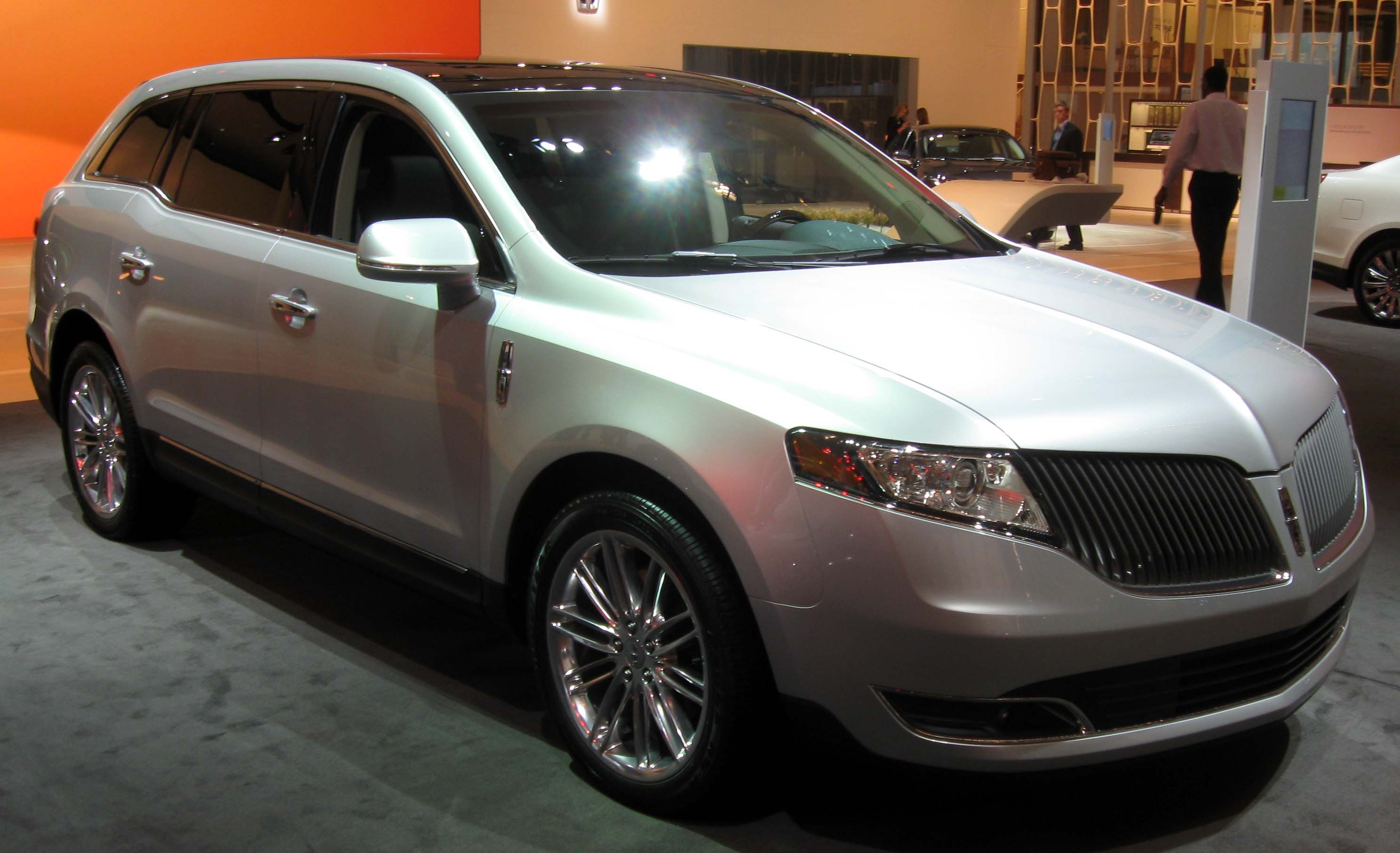 https://upload.wikimedia.org/wikipedia/commons/a/af/2013_Lincoln_MKT_--_2012_NYIAS.JPG
