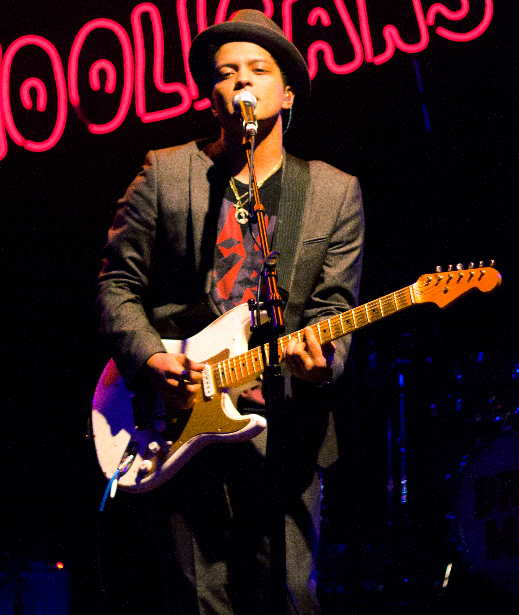 http://upload.wikimedia.org/wikipedia/commons/a/af/Bruno_Mars_2010.jpg