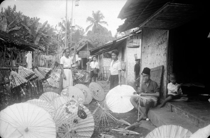 http://upload.wikimedia.org/wikipedia/commons/a/af/COLLECTIE_TROPENMUSEUM_Vervaardiging_van_parasols_in_Tasikmalaja_TMnr_10014542.jpg