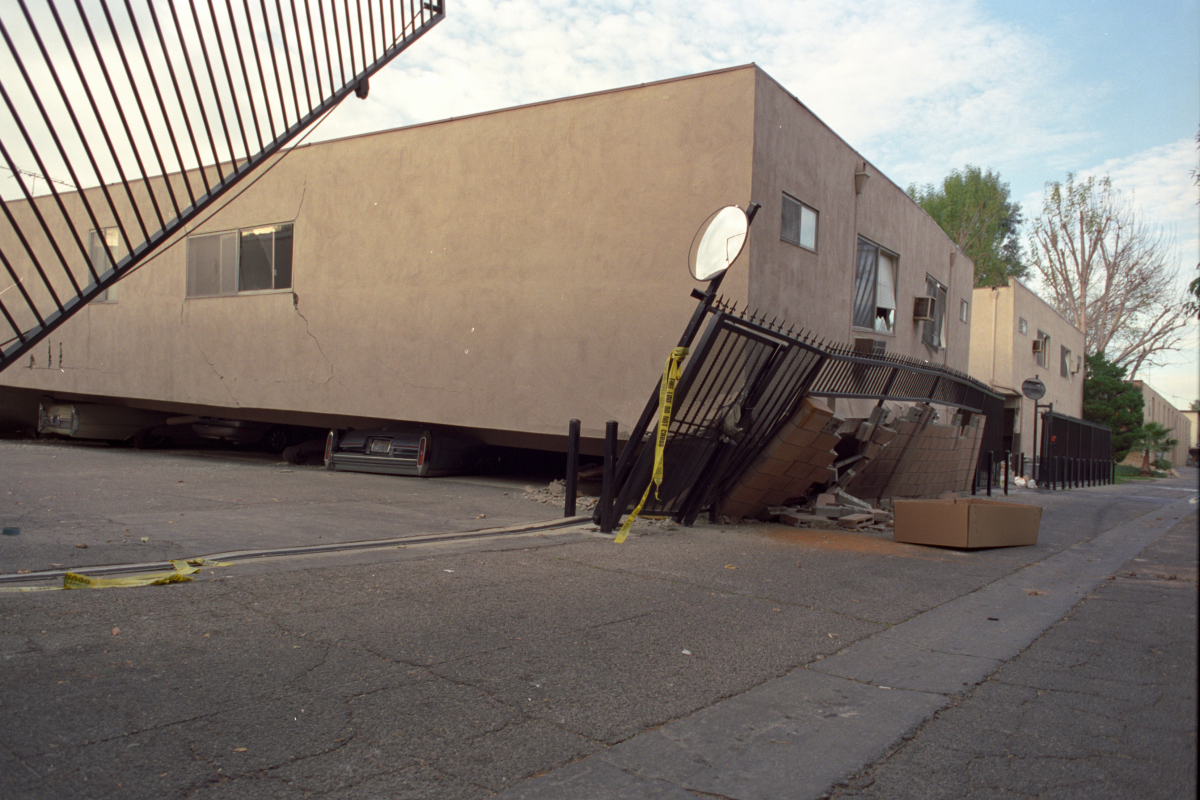 wikipedia. 2007-07-03 04:50 Gedstrom 1200×800× (954298 bytes) Collapsed apartment building after the Northridge Earthquake of January 10, 1994. Photo taken