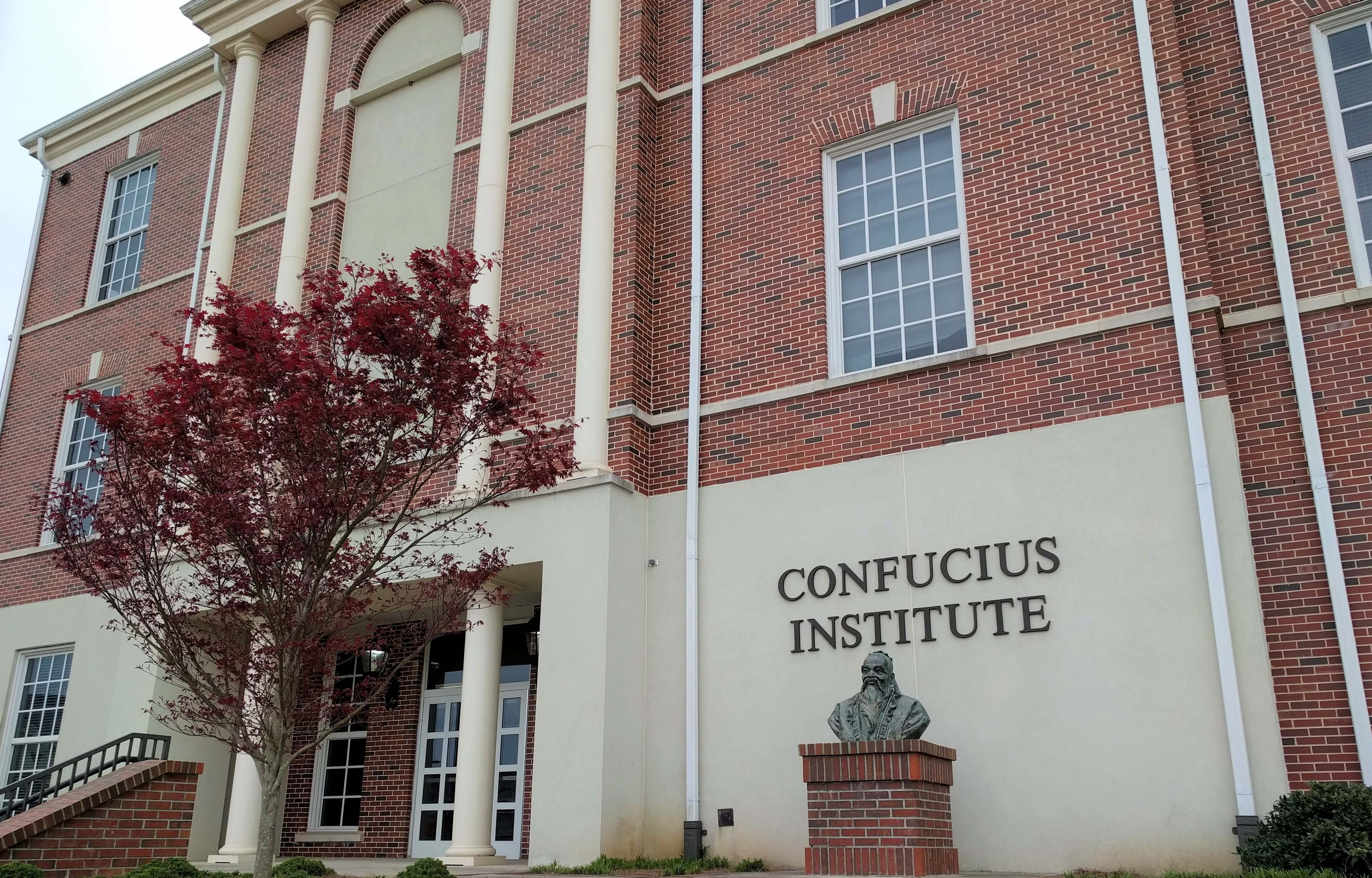 中共在全世界的大專院校與各級學校設立「孔子學院」(Confucius Institute)的網絡,有中方教師提供漢語及中國文化的教學,同時由北京給予足夠的補助。圖為設於美國阿拉巴馬州特洛伊大學(Troy University)的孔子學院外觀。美國曾設有90多間孔子學院,遠高於加拿大。(圖片來源/維基百科)