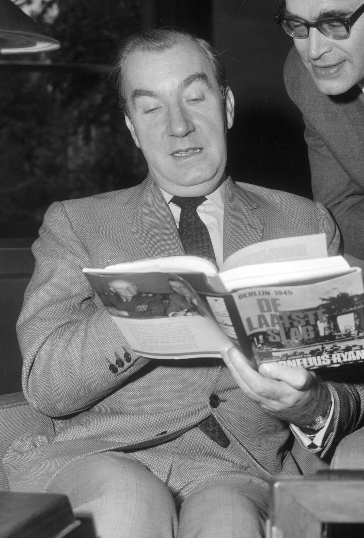 Cornelius Ryan and the Dutch author [[Godfried Bomans