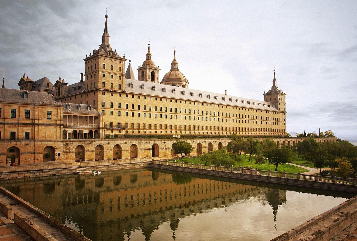 https://upload.wikimedia.org/wikipedia/commons/a/af/Escorial-sur.jpg