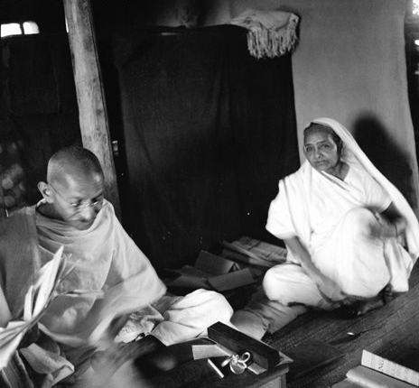 Gandhi_and_Kasturba_seated.jpg (464×432)