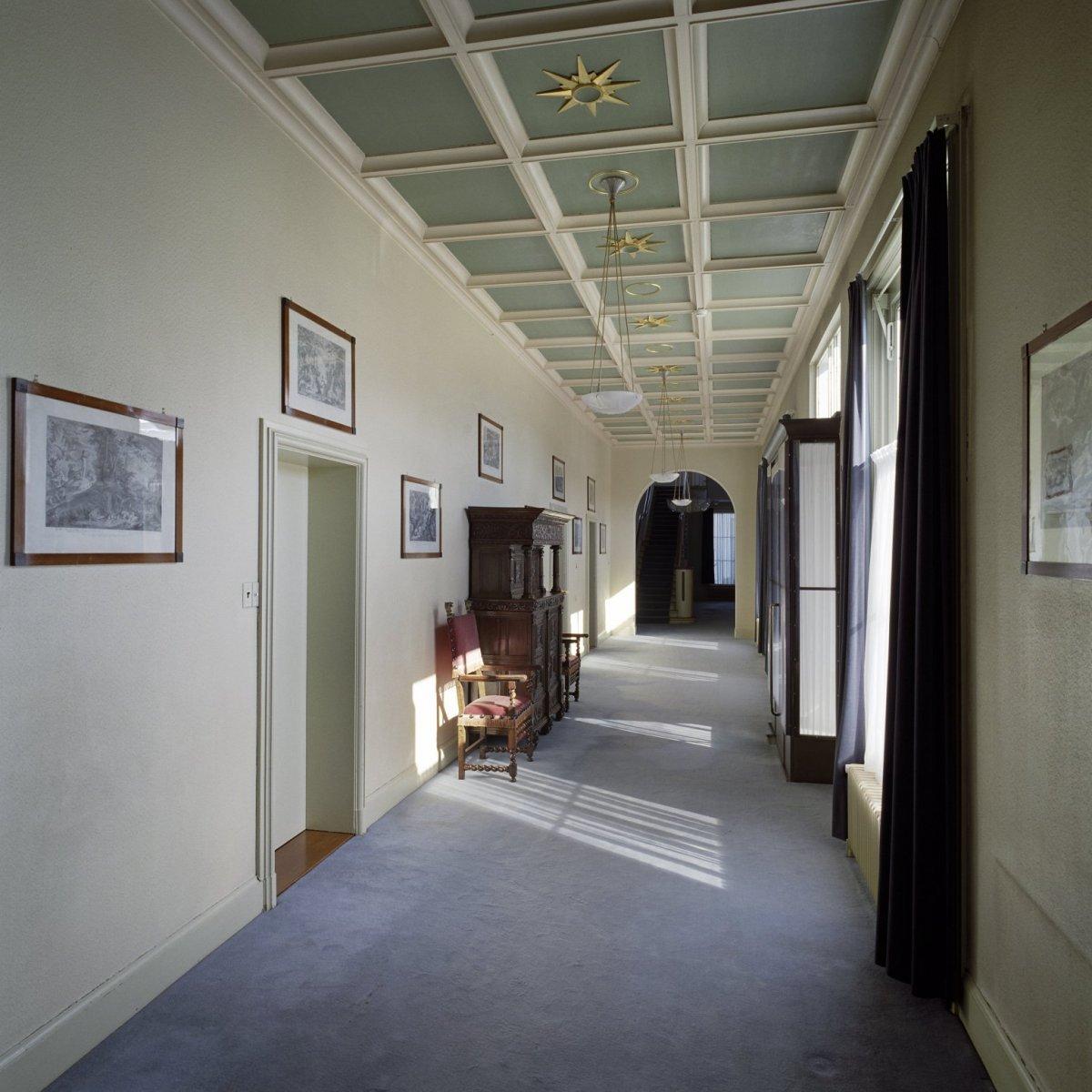 File:Interieur, overzicht van de blauwe gang met cassettenplafond ...