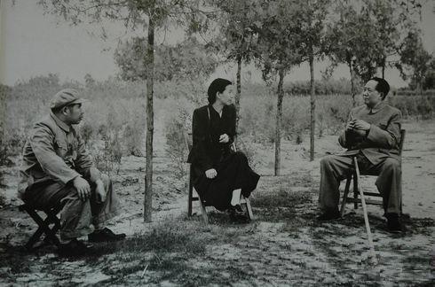 Biografías de Mujeres Socialistas. - Página 2 Jiang-Mao_in_Yan%27an3