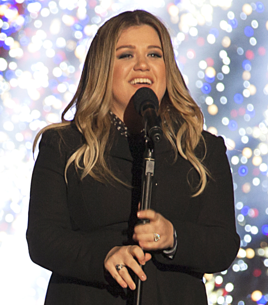 File:Kelly Clarkson 2016 National Christmas Tree Lighting - cropped ...