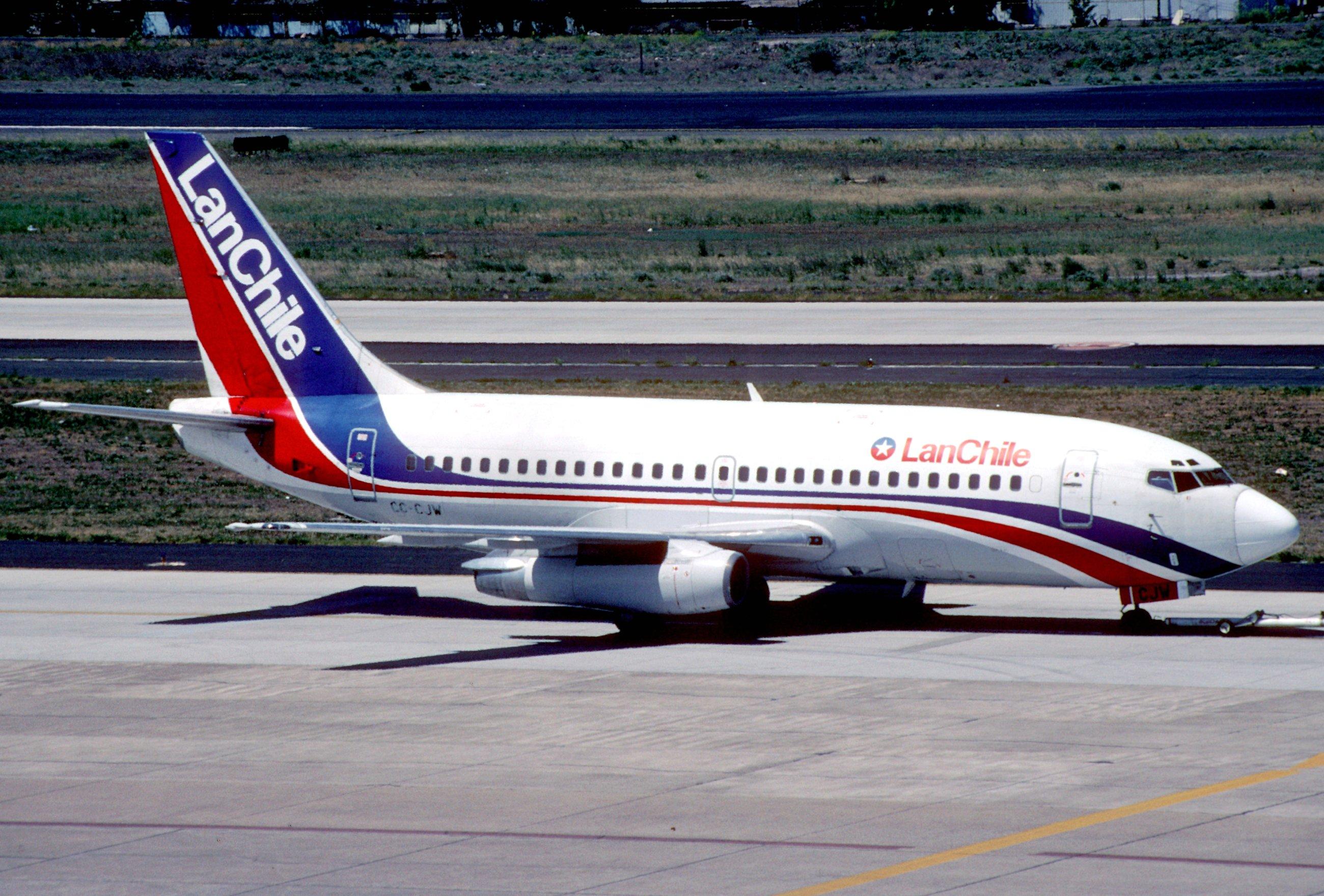LAN_Chile_Boeing_737-2T5%3B_CC-CJW%40SCL
