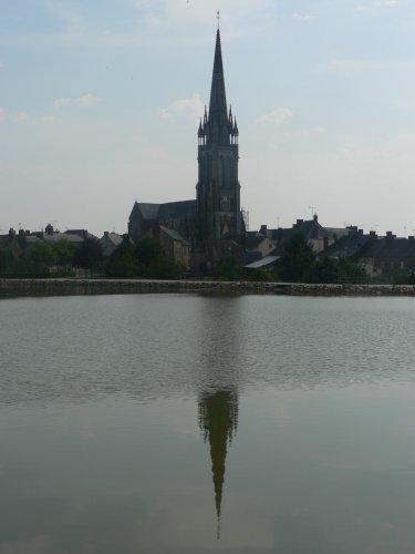 Clocher du Pertre + reflet dans l'étang du Pertre.