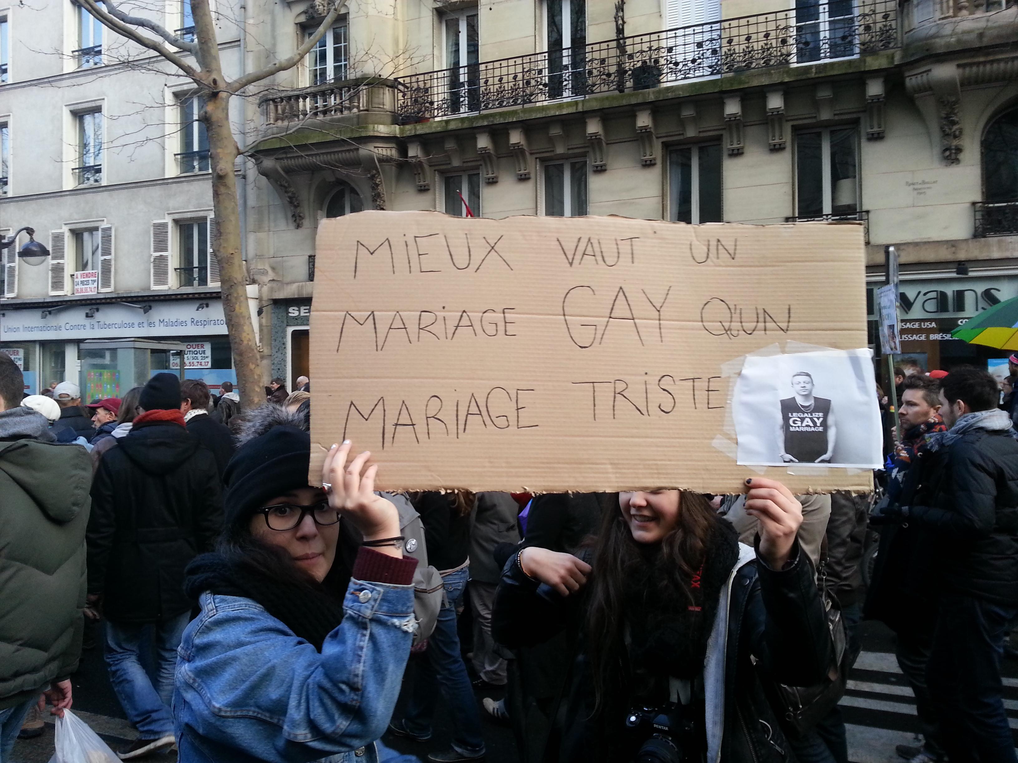 Mieux vaut un mariage GAY qu'un mariage triste.jpg Français : Deux manifestantes pour le mariage pour tous brandissent une pancarte avec le