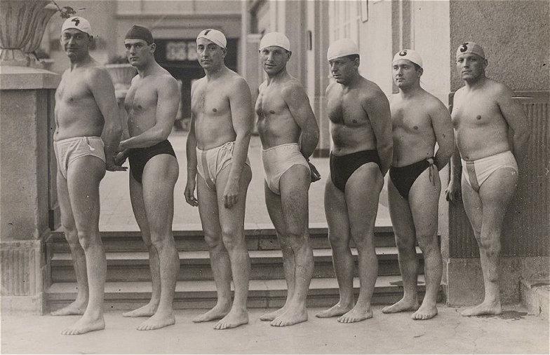 Az 1932. évi, Los Angelesben megrendezett X. nyári olimpia aranyérmes magyar vízilabda csapata (balról jobbra): Ivády Sándor, Bródy György, Vértesy (Vrábel) József, Németh János, Homonnai (Hlavacsek) Márton, Keserű Alajos, Halassy Olivér