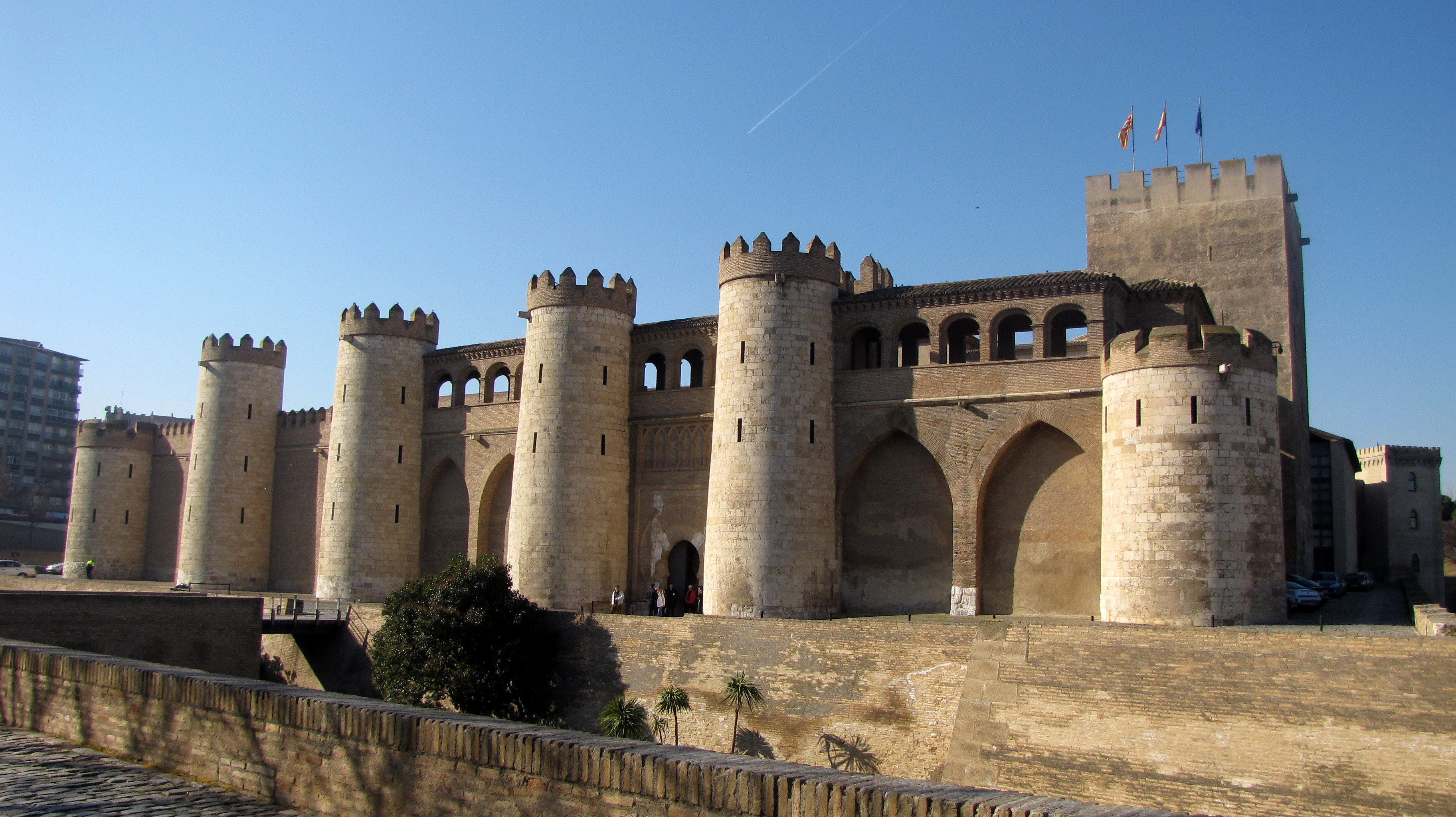 File:Palacio de la Aljafería.JPG - Wikimedia Commons