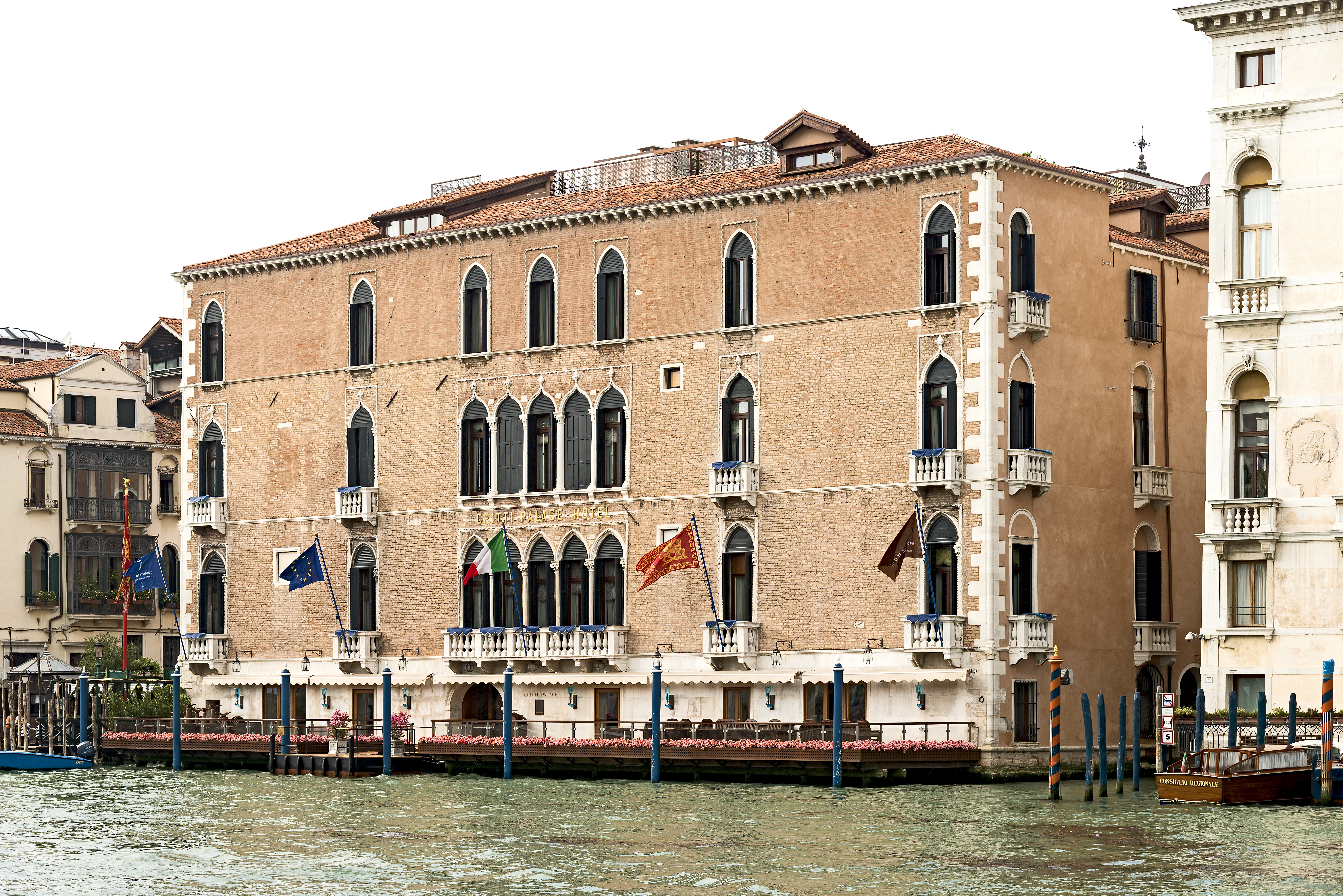 https://upload.wikimedia.org/wikipedia/commons/a/af/Palazzo_Pisani_Gritti_(Venice).jpg
