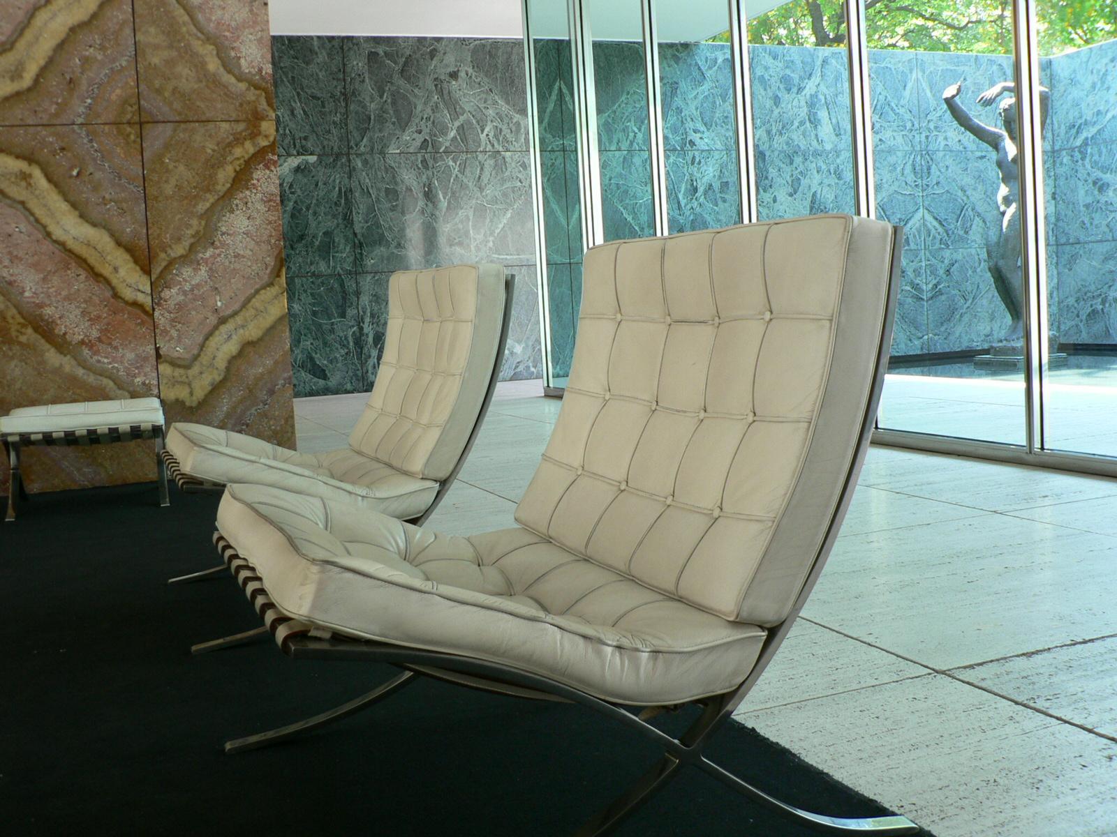 Muebles diferentes para gente creativa yorokobu for Silla barcelona imitacion