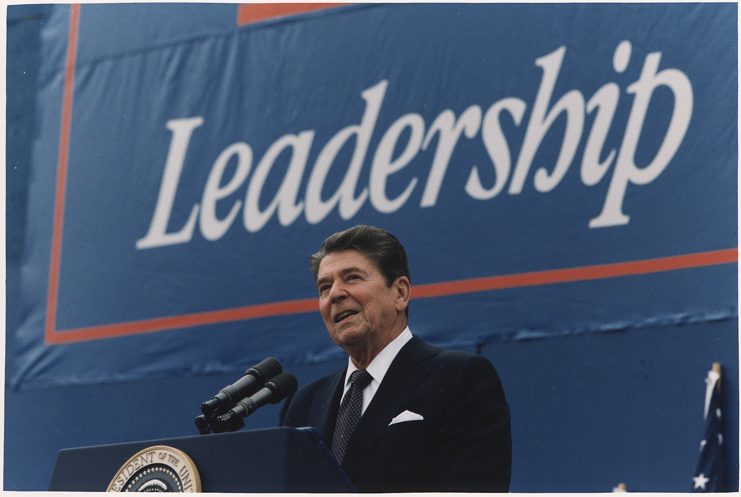 File:Photograph of President Reagan giving Campaign speech in Texas - NARA  - 198551.jpg - Wikimedia Commons