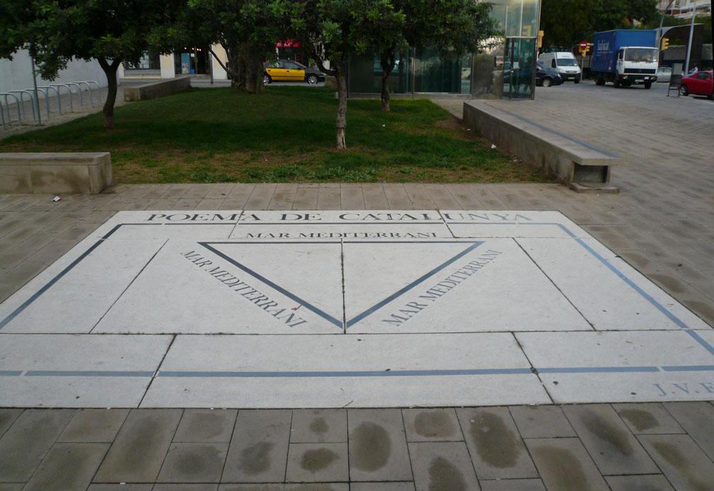 Obra realizada en 2002 en el pavimento de la Via Augusta de Barcelona sobre un caligrama de J.V. Foix publicado en 1920 en la revista La Cònsola