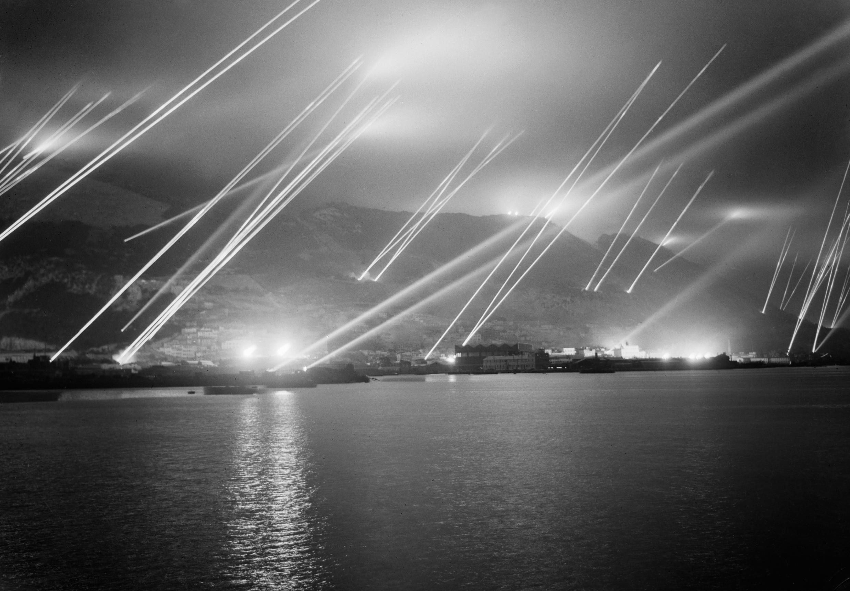 Αντιαεροπορικοί προβολείς ερευνούν το σκοτάδι πάνω από το Γιβραλτάρ το 1942