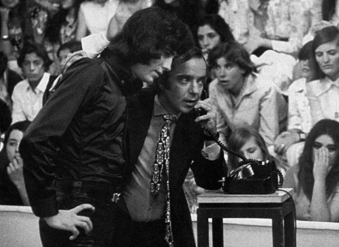 Joan Manuel Serrat presentándose en la Televisión Argentina en ''Sábados Circulares''.