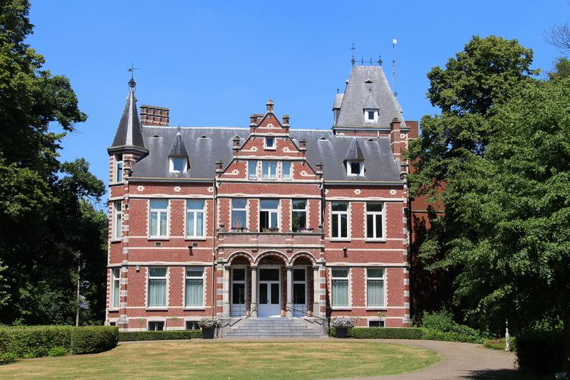 """Rechthoekig neorenaissance herenhuis van circa 1900 naar ontwerp van Louis De Vooght. Dit """"hof""""hoorde toe aan de familie Mertens. Vader was notaris en zijn dochters grote weldoensters in de gemeente en de parochie. Ze hielpen de in 1875 vergrote dorpskerk te verfraaien met o.a. glasramen. Na hun overlijden stond het verschillende jaren leeg. Op 21 mei 1953 werd het kasteeltje door het toenmalige gemeentebestuur aangekocht. In 1882 werd het vergroot."""
