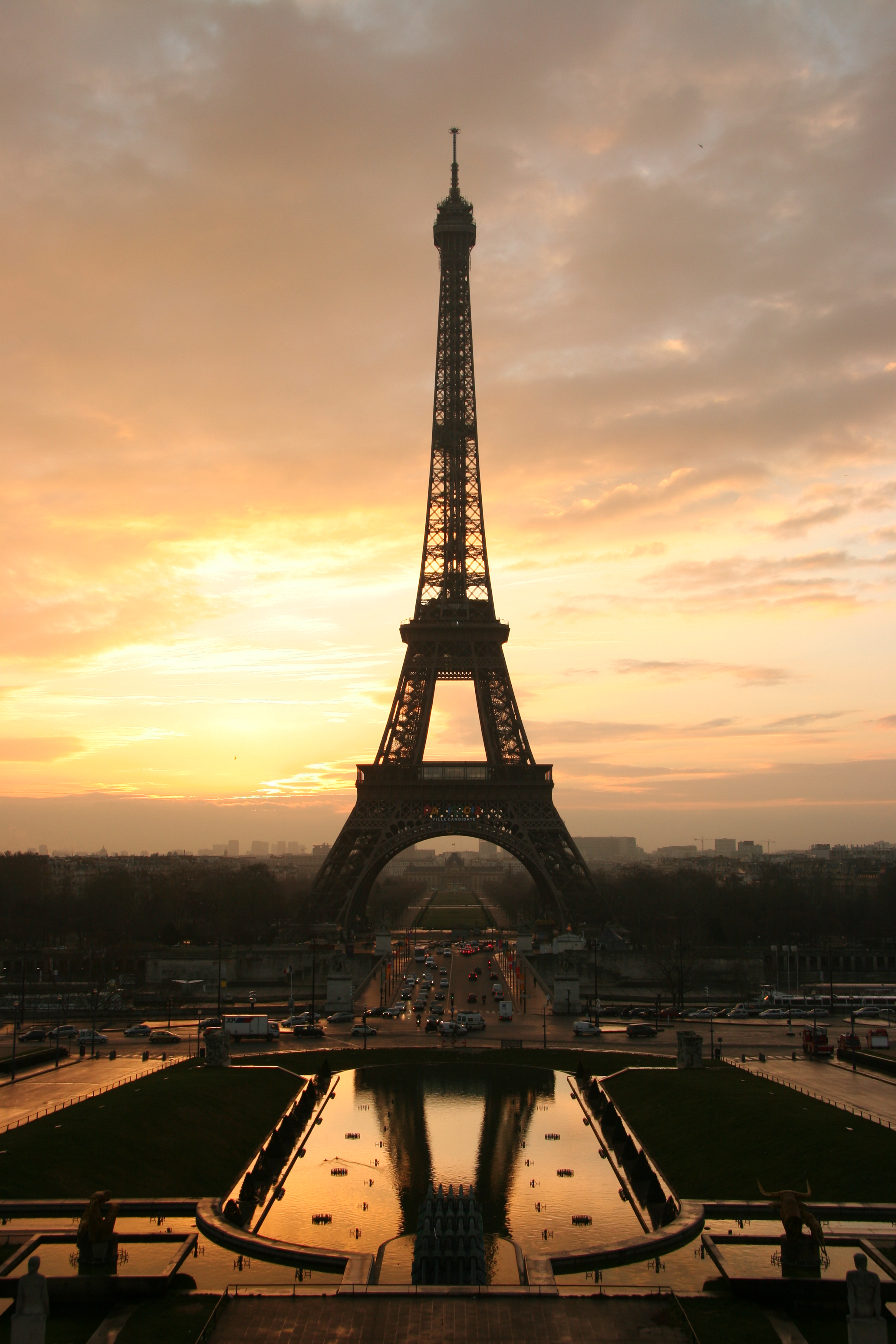 file tour eiffel at sunrise from the wikimedia commons. Black Bedroom Furniture Sets. Home Design Ideas