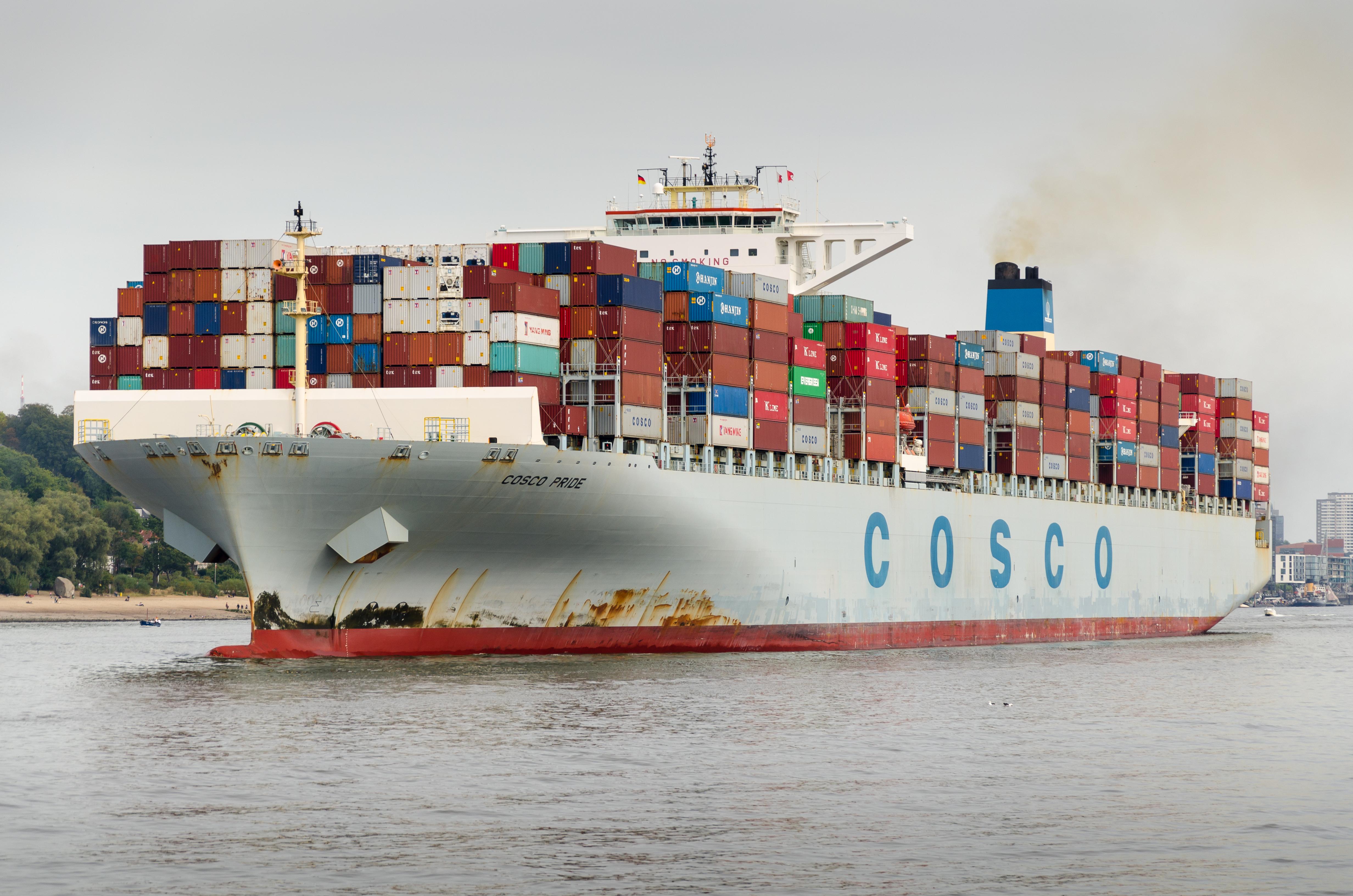Containerschiff im Hamburger Hafen. Am Warenwert gemessen ist Deutschland im Jahr 2011 der drittgrößte Exporteur und Importeur der Welt.[150]