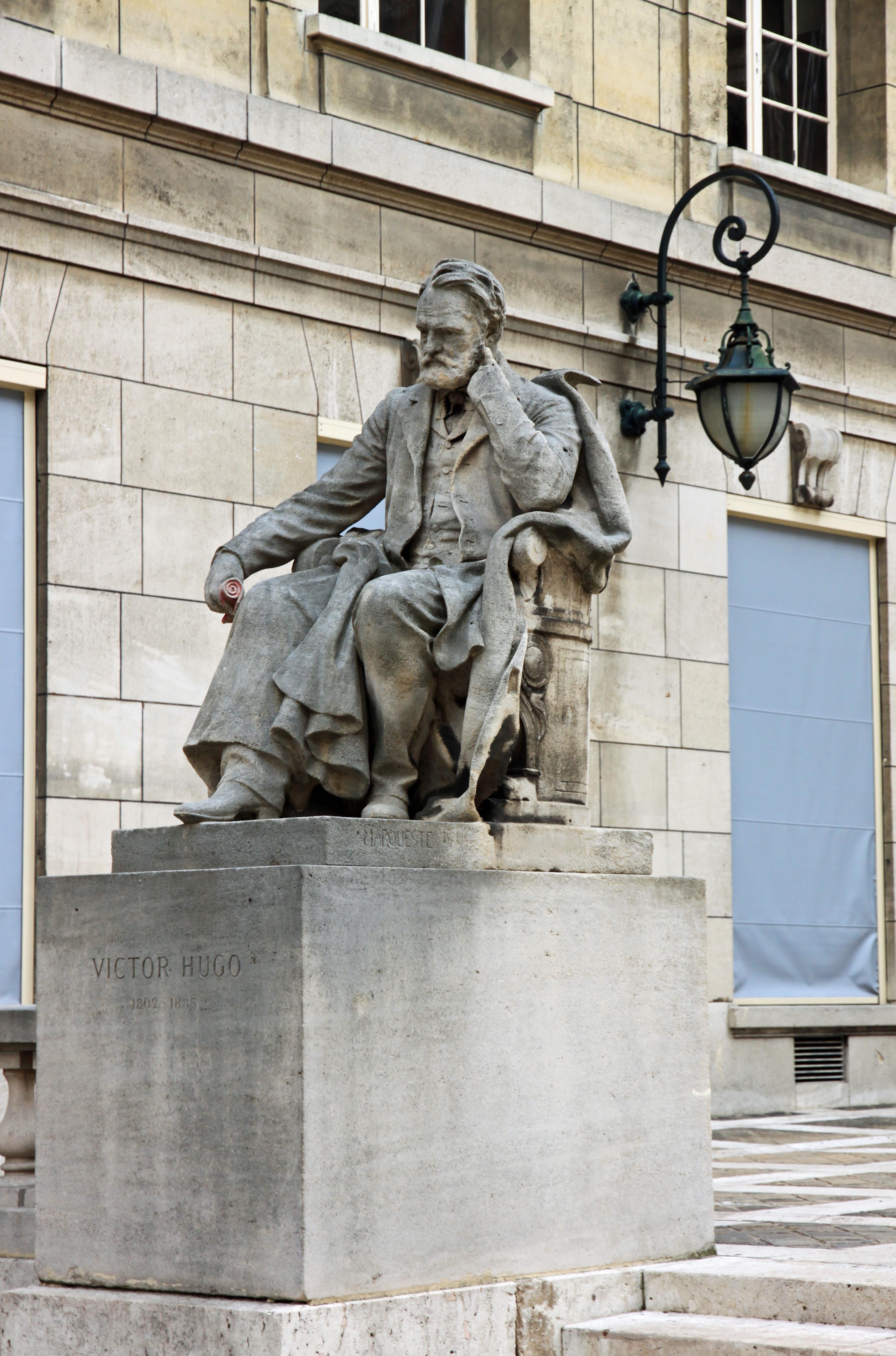 Estatua realizada por Laurent Marqueste (1901). <em>Cour d&#039;honneur</em> de la Sorbona.
