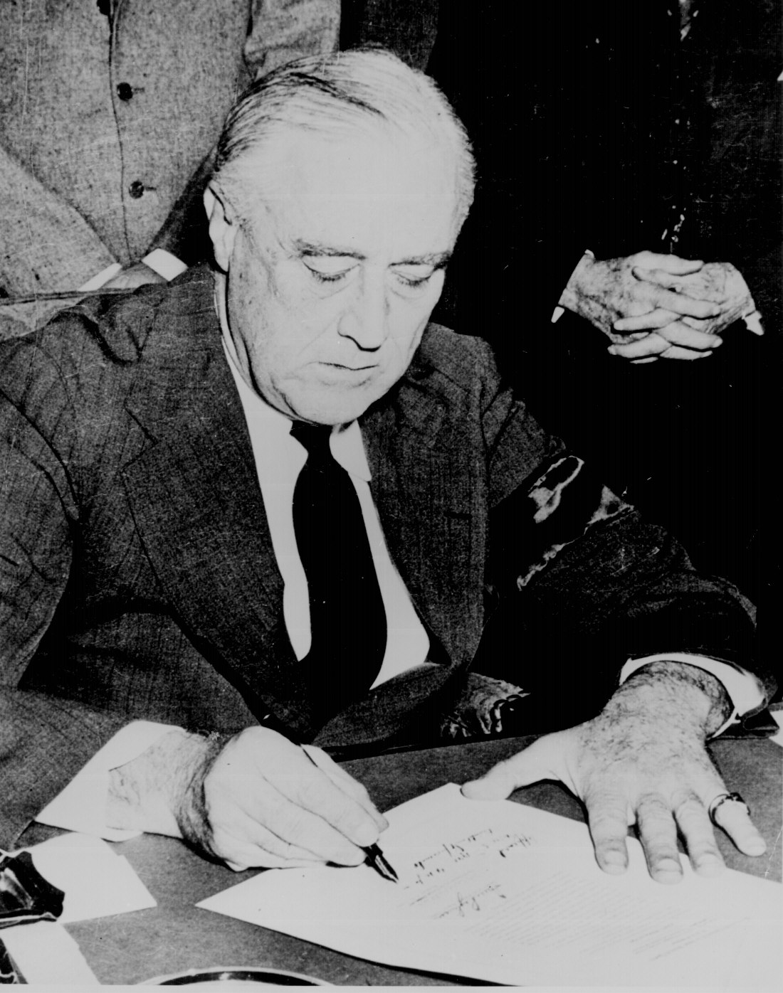 Hand of roosevelt 20090327164609!Franklin_Roosevelt_signing_declaration_of_war_against_Japan