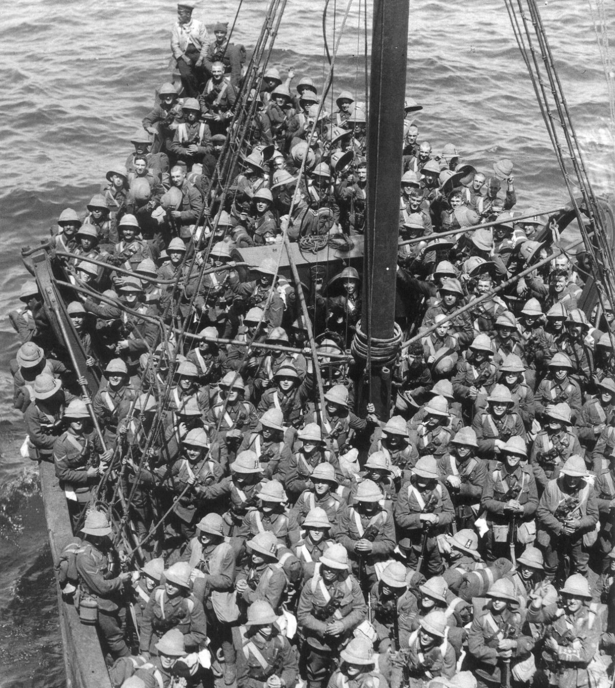 https://upload.wikimedia.org/wikipedia/commons/archive/6/6f/20050423032444!Lancashire_Fusiliers_boat_Gallipoli_May_1915.jpg