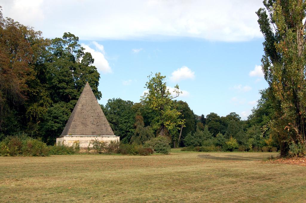 http://upload.wikimedia.org/wikipedia/commons/archive/d/df/20061209231913!Pyramide_Neuer_Garten.jpg