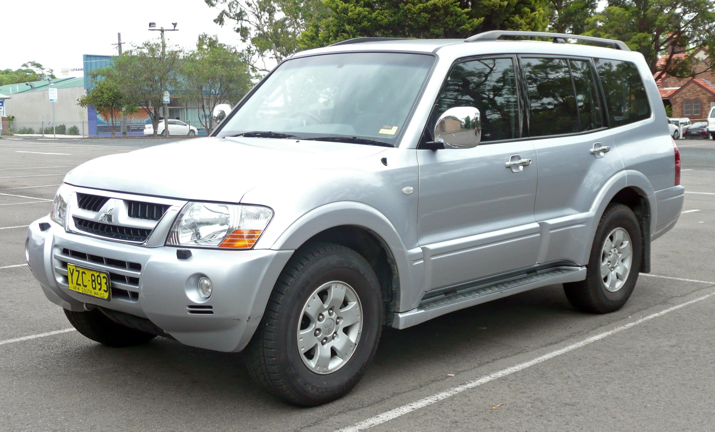 File:2002-2006 Mitsubishi Pajero (NP) Exceed wagon 01.jpg